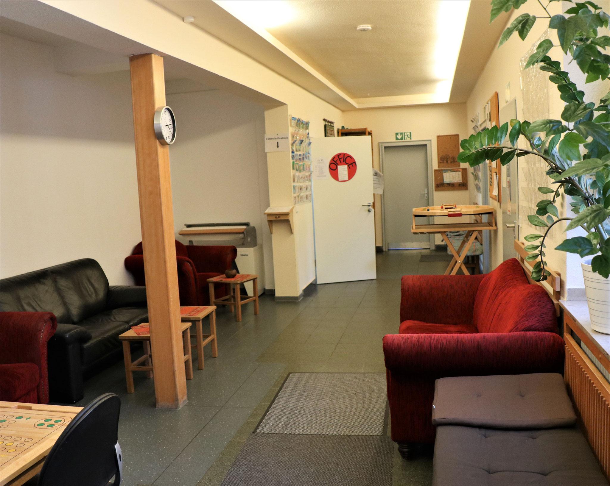 Blick vom Hintereingang/Lift Richtung Office + Ruheraum (hinten li + mittig)