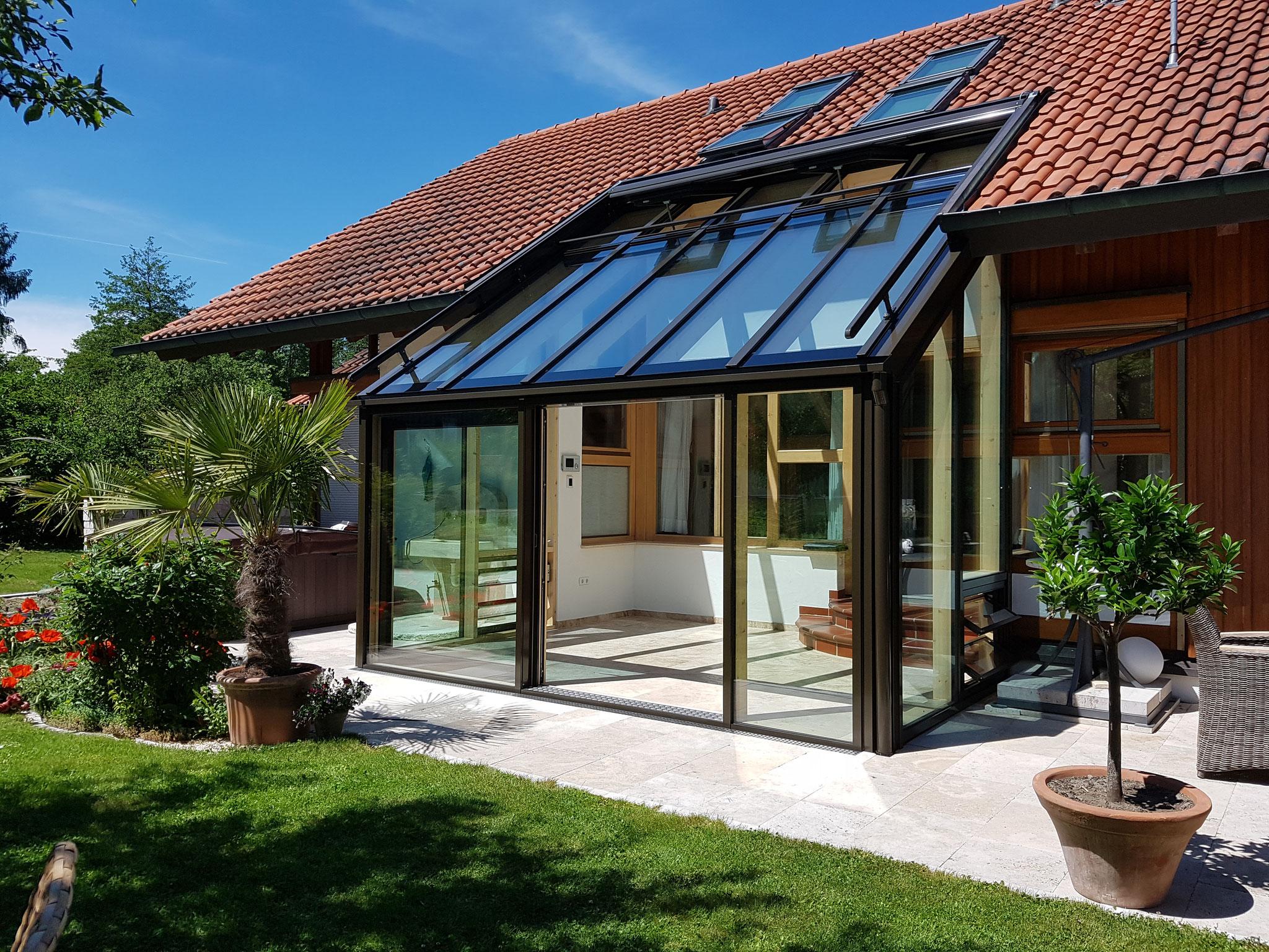 Klimatisierung durch Lamellenfenster als Zuluft und Glasdachfenster für Abluft und eine Hebeschiebetüre als Ausgang