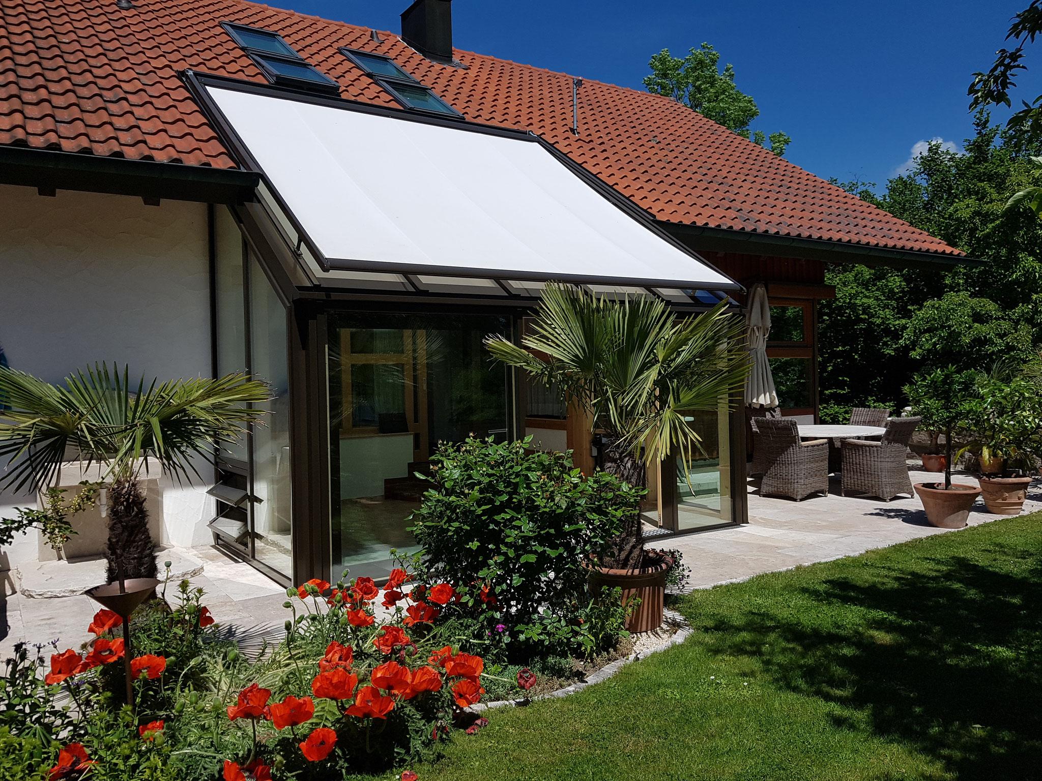 Sommerlicher Wärmeschutz durch elektrisch betriebene Dachmarkise