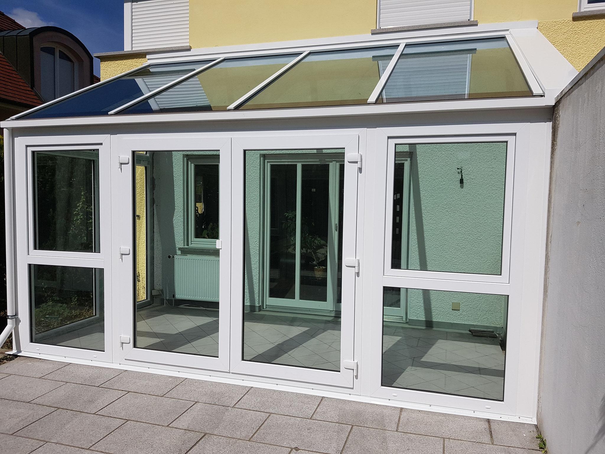 Sanierter Wintergarten mit neuem Glasdach. Besonderheit: Das Dachglas ist als Sonnenschutzglas ausgeführt.    Vorteil: keine Wartungskosten