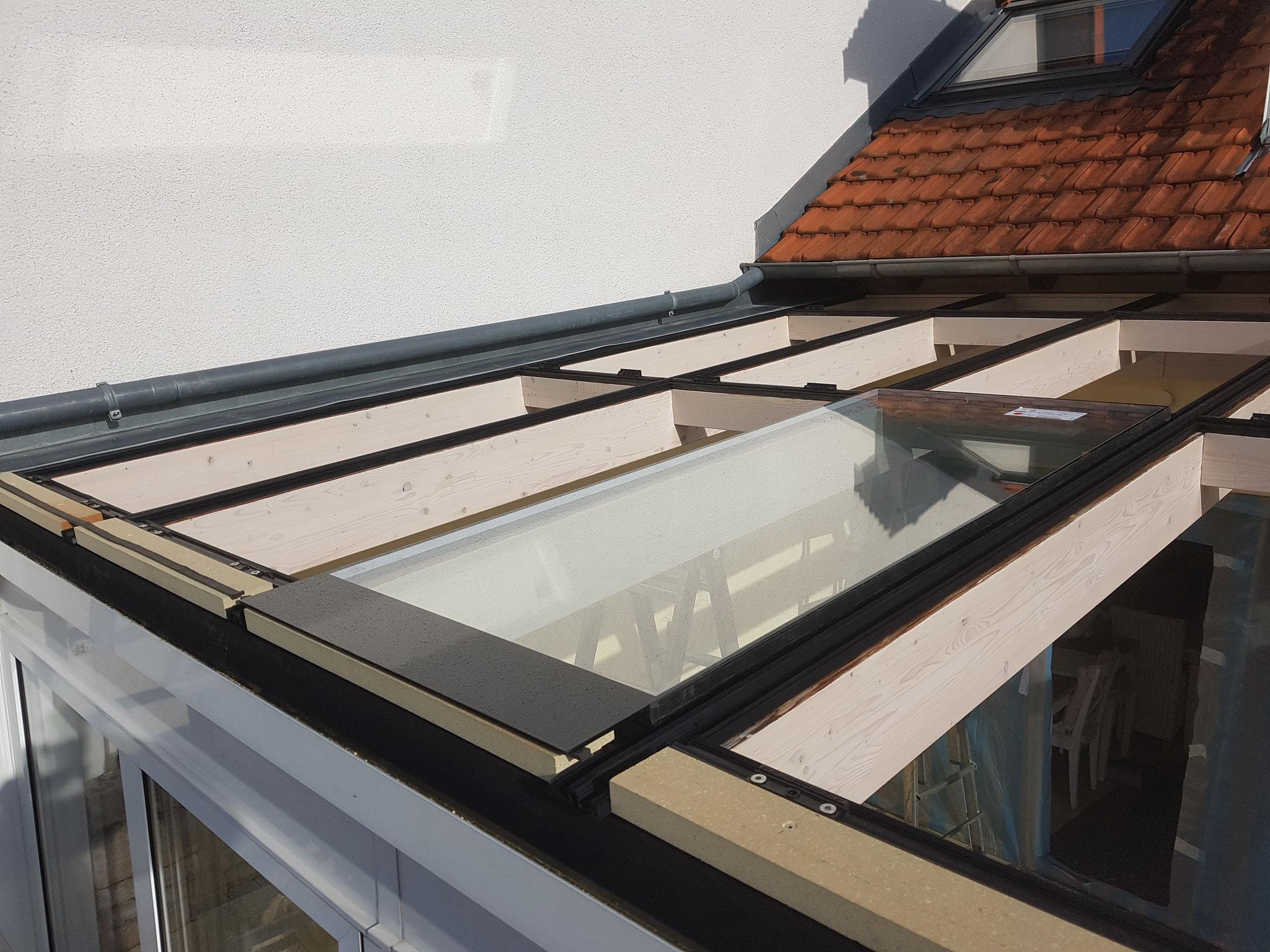 Neues Verglasungssystem mit kontrollierter zweiter Entwässerungsebene. Stufenscheibe mit dauerhaften schwarzen Siebdruck. Wind und Regendichte Abdichtung hinter der Dachrinne
