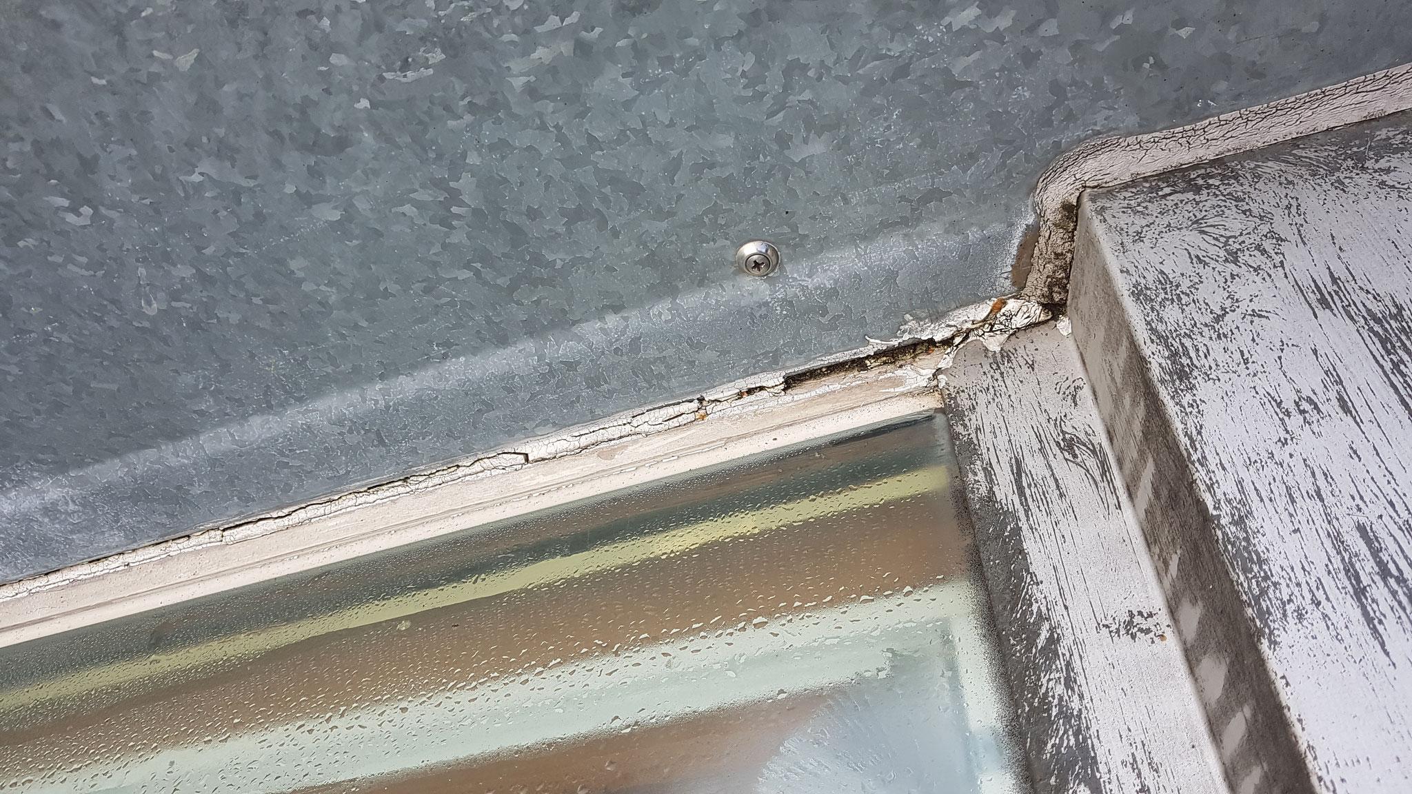 Durch alte marode Silikonfuge Wassereintritt in die Glasscheibe