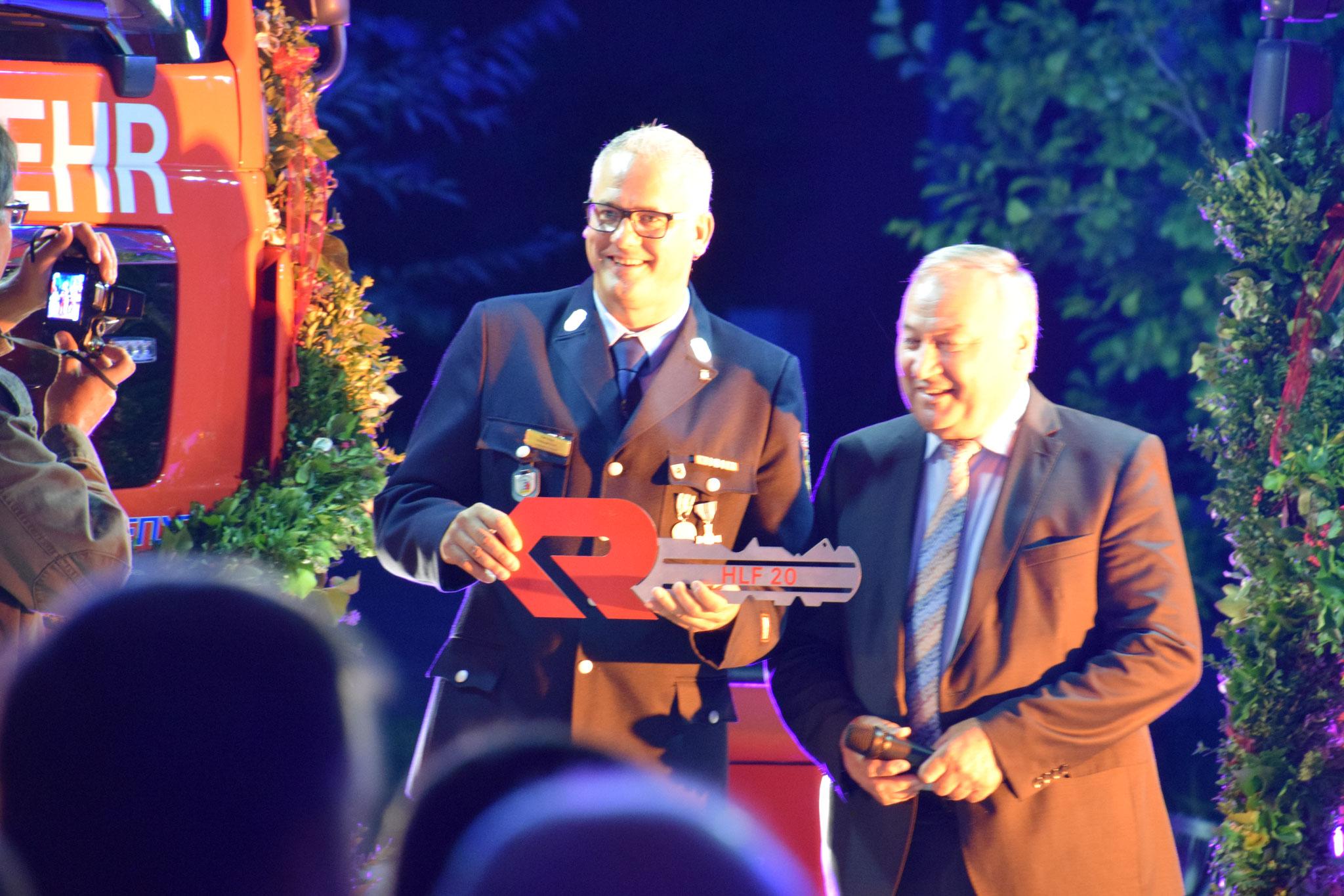 Ralf Bitter mit Bürgermeister Beck bei der Übergabe des neuen HLFs und V-LKWs