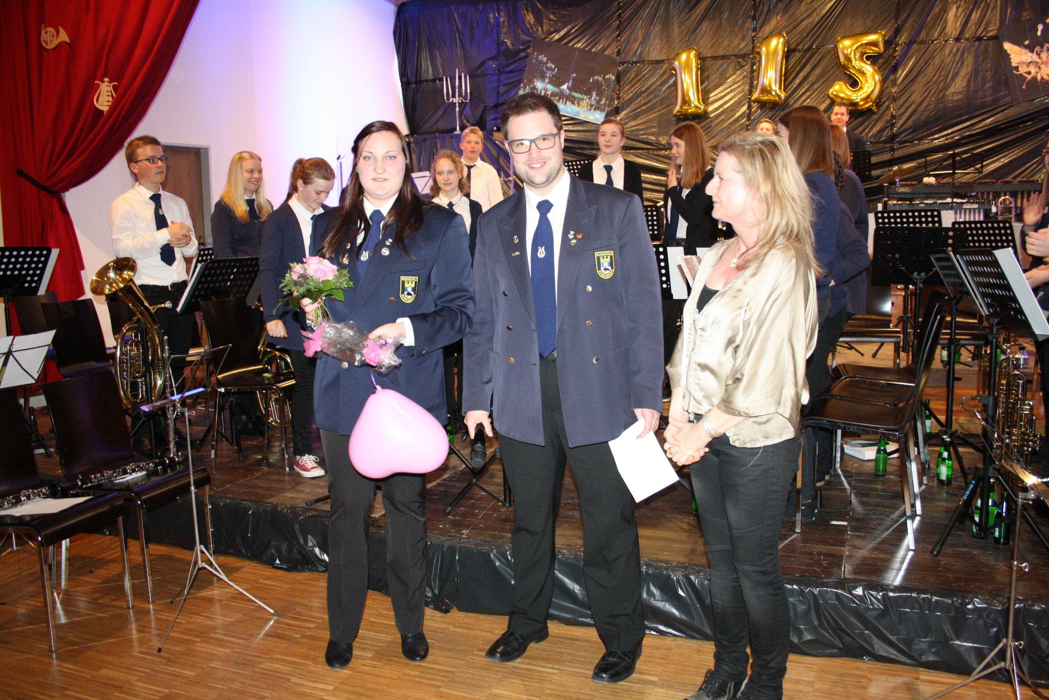 Julia Nemeita wird für ihre fünf Jahre als stellvertretende Dirigentin und Leiterin der Jugendkapelle geehrt.