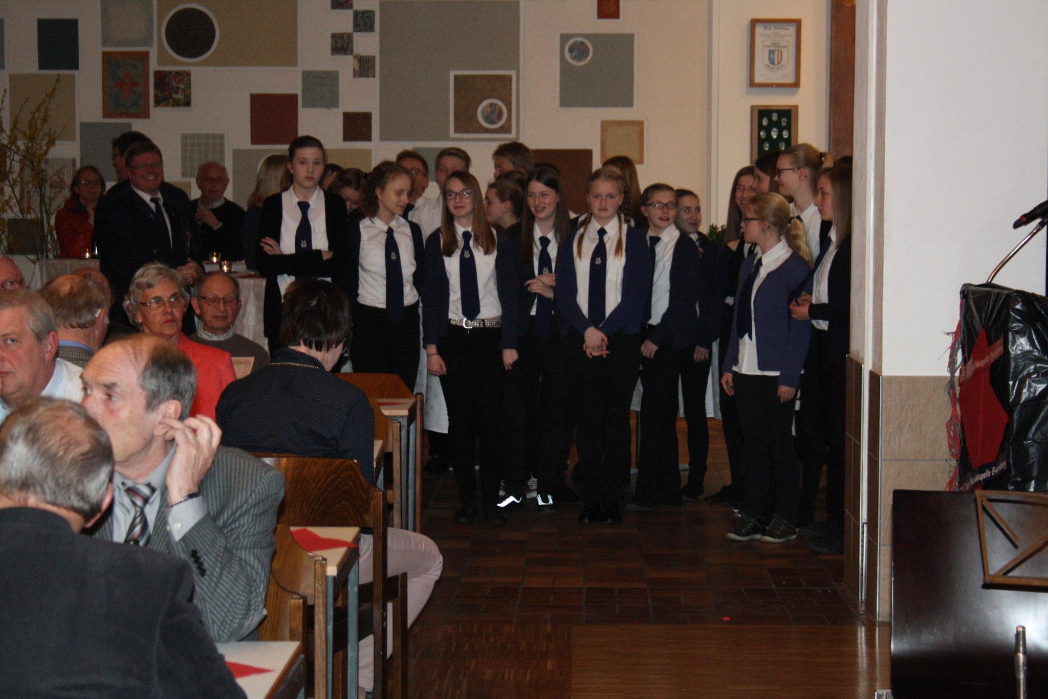 Die Jugendkapelle wartet auf den Auftritt ...