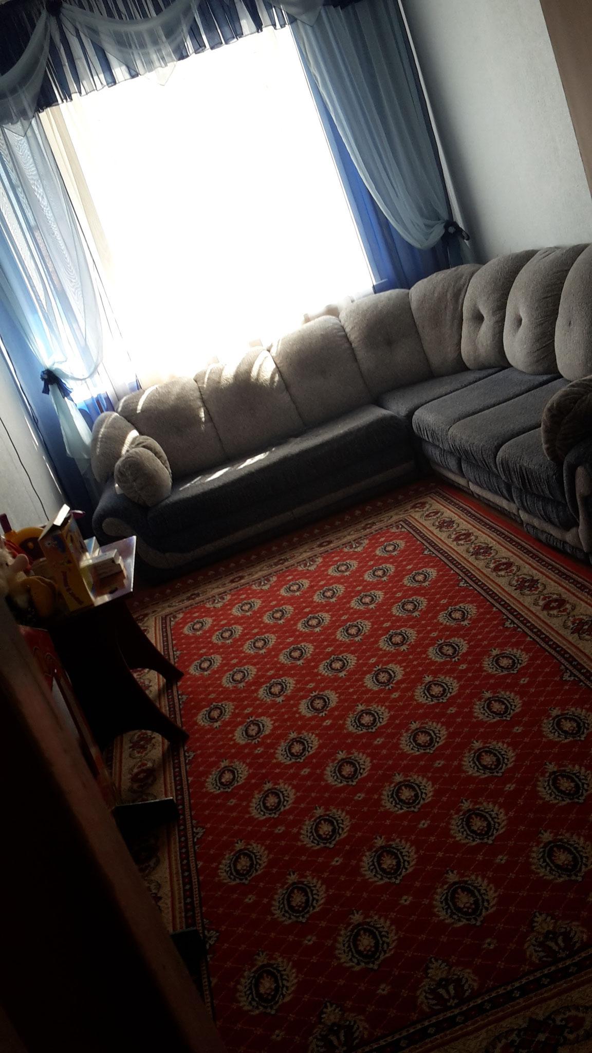 Der Wohn-und Spielraum (+einzige Steckdose der Etage)