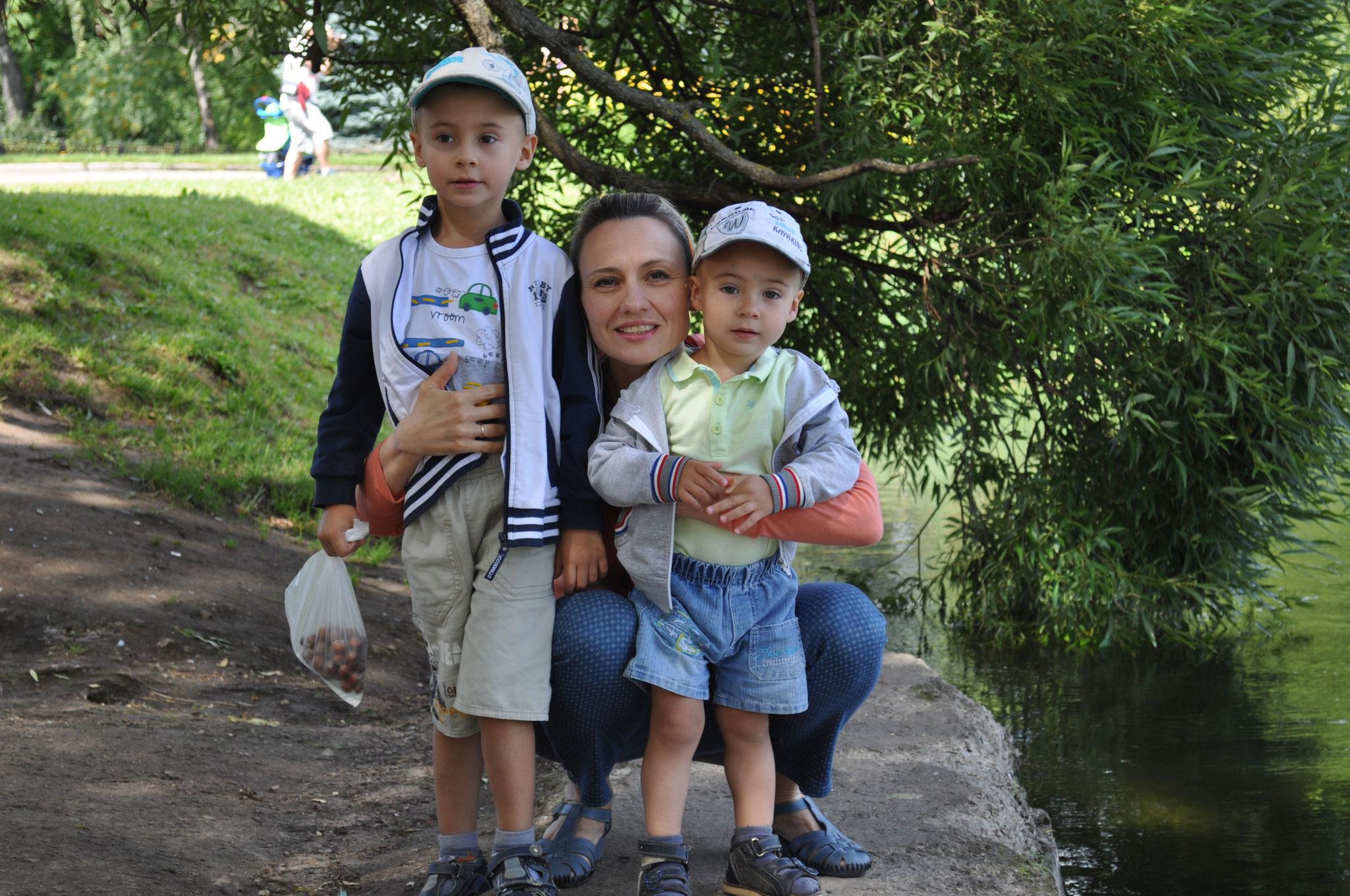 Мама с Сашенькой и Вовочкой