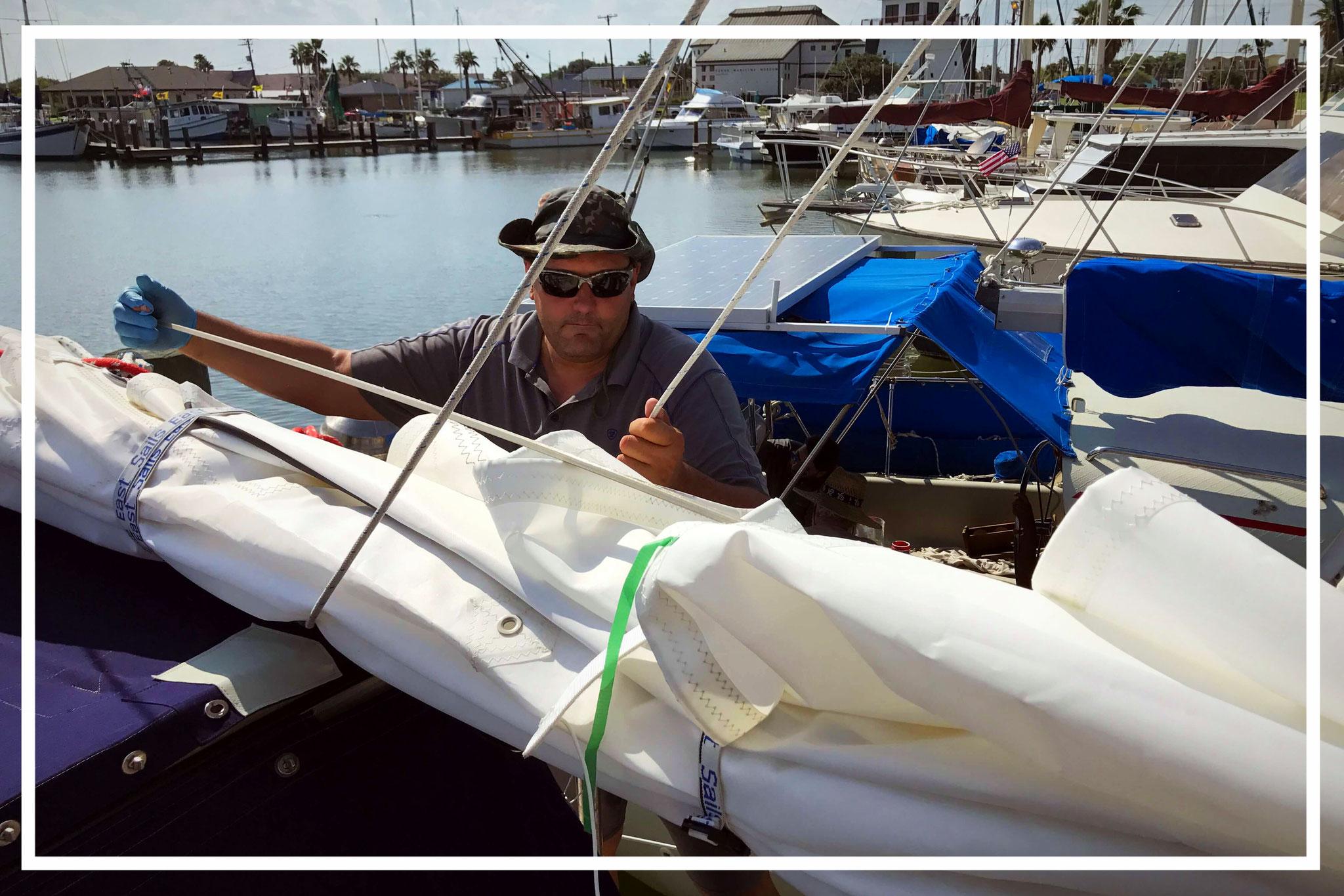 Sail battens in Großsegel eingeschoben, damit sich das Segel nicht so leicht biegt ...
