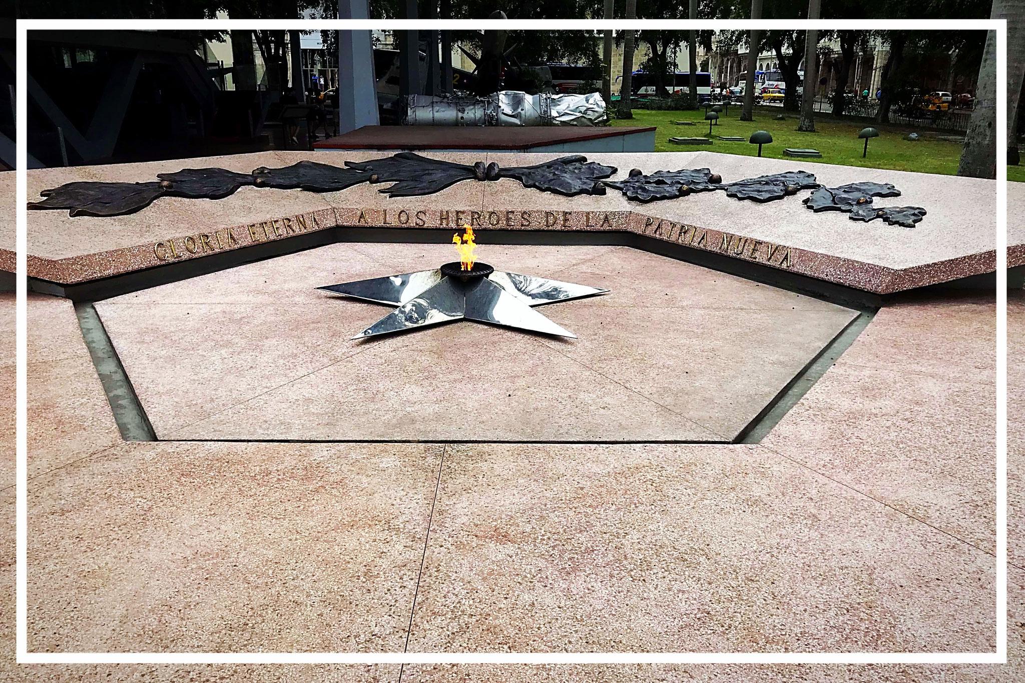 Eine ewige Flamme erinnert an alle kubanischen Helden