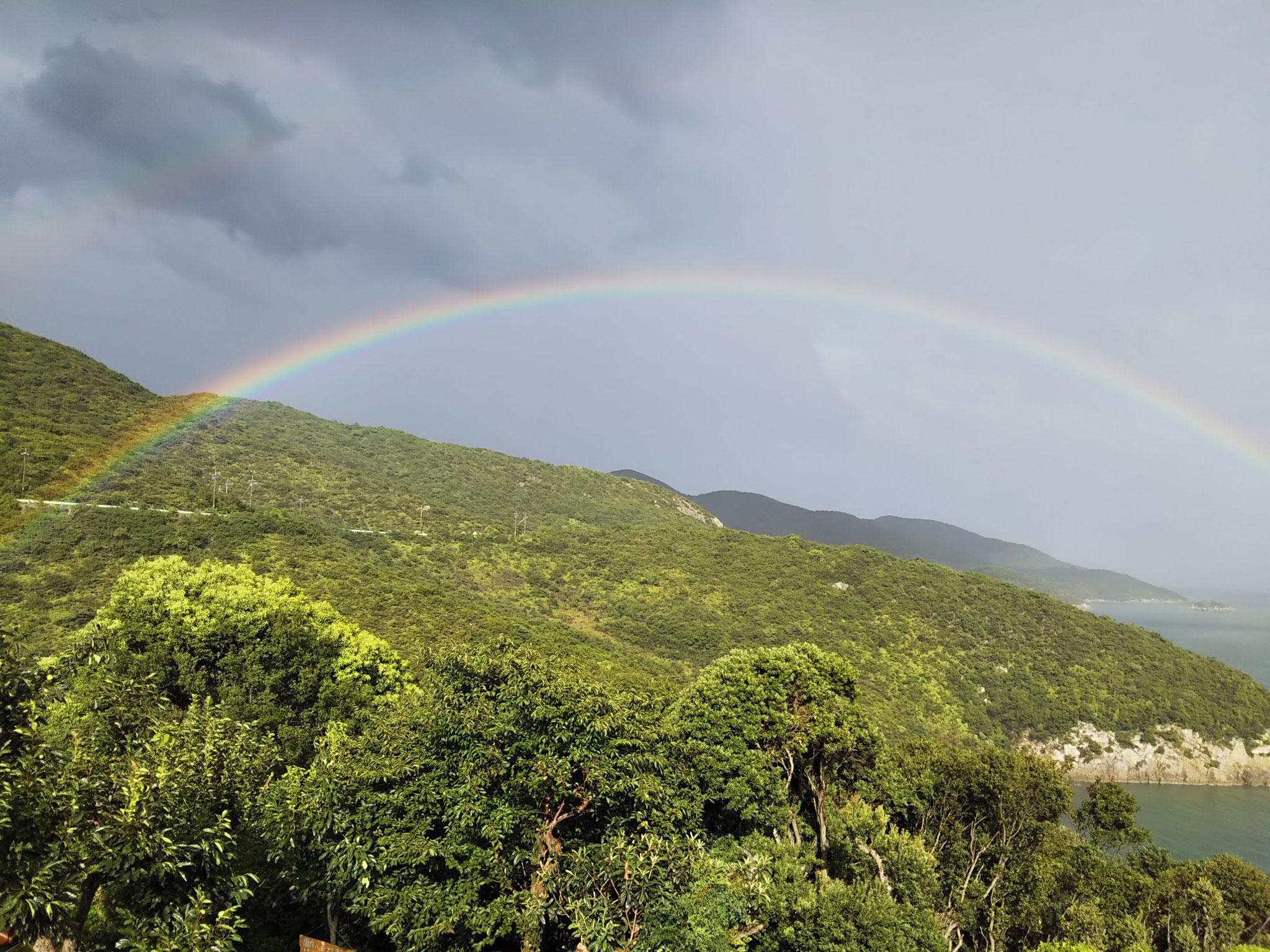 目の前に虹がかかりました