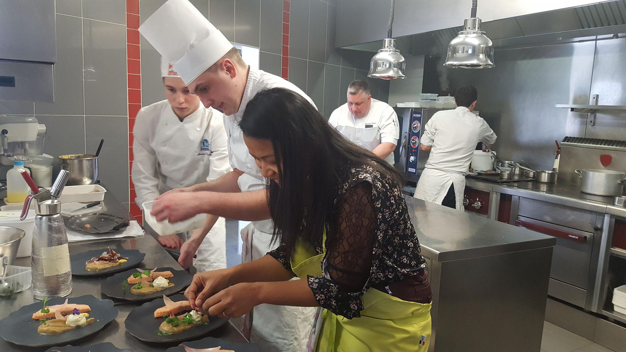 Suwanna en cuisine au restaurant les Clefs d'Argent
