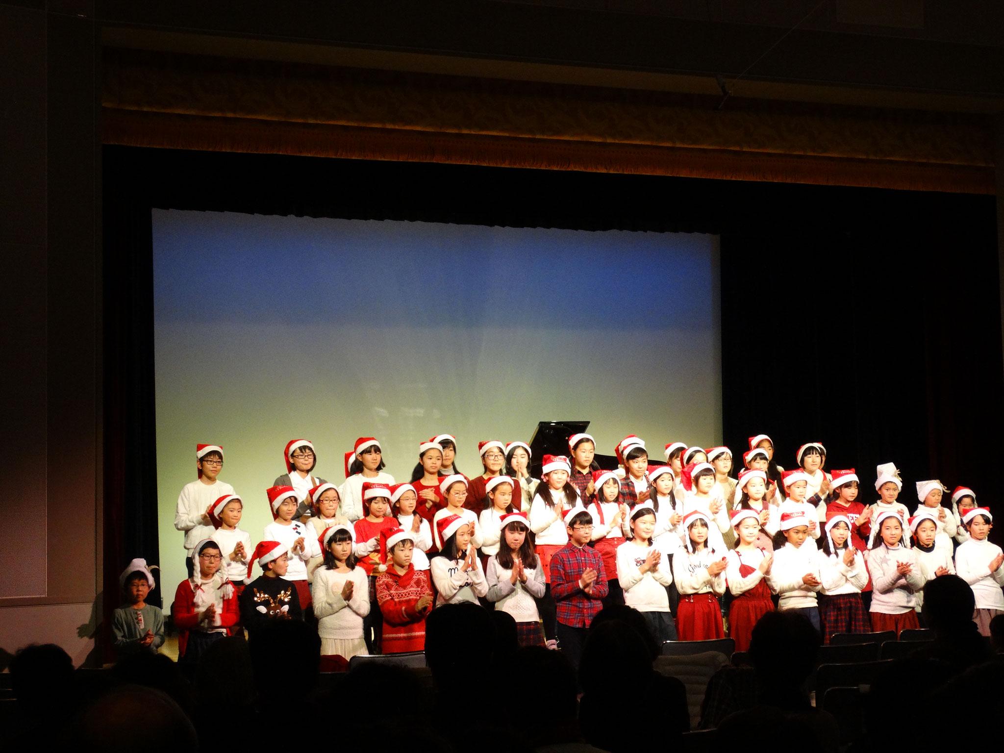 みんなでサンタ帽子をかぶって、クリスマスソングを歌いました。