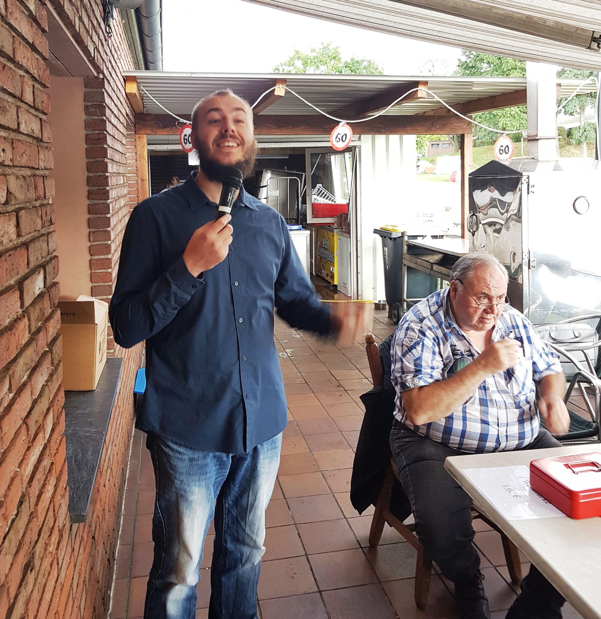 Thorsten am Mikrofon und Karl-Wilhelm verkauft die Biermarken