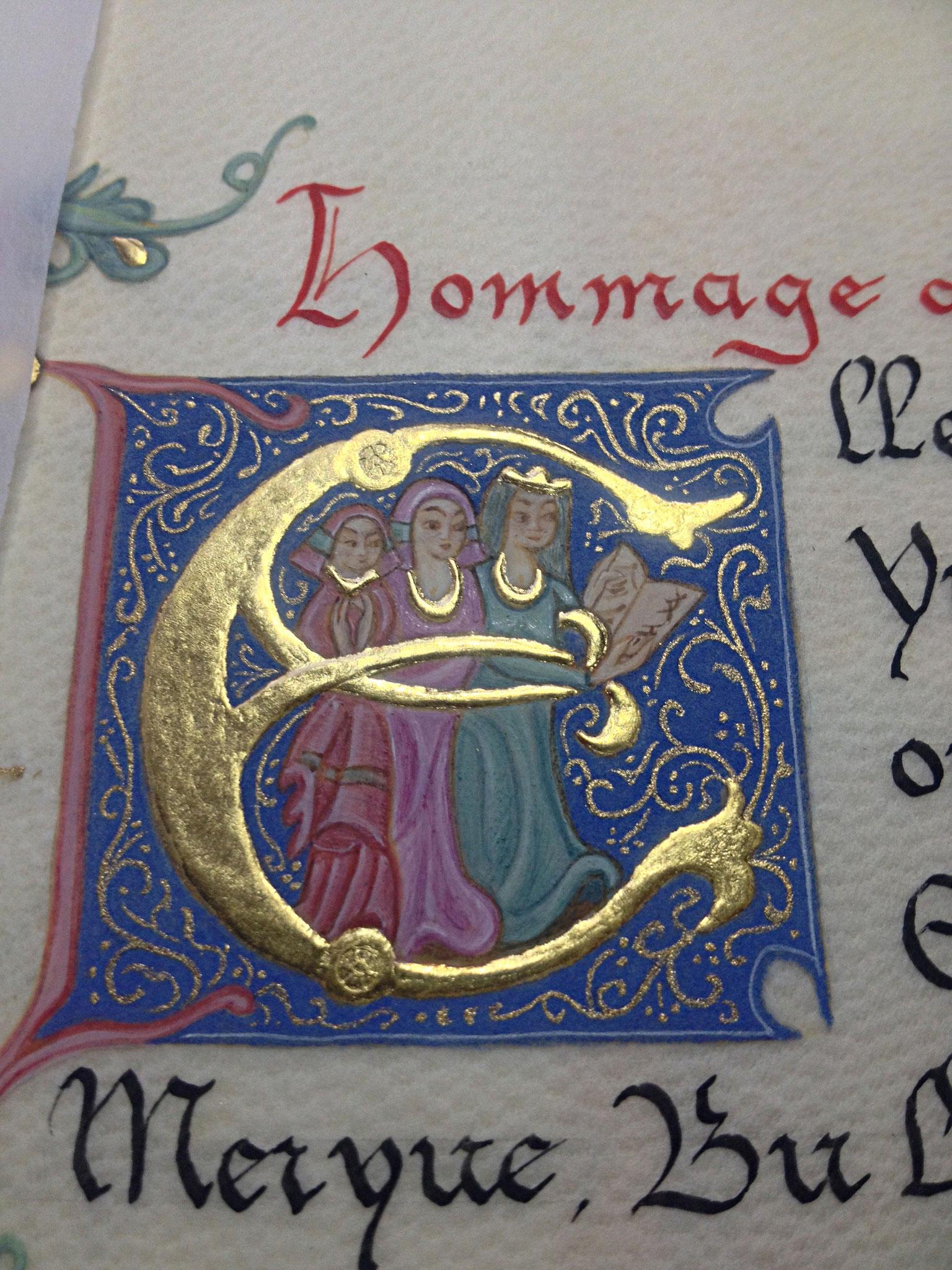 Initiale E historiée représentant les transmettrices sur un fond de lapis lazuli diapré d'or à la coquille