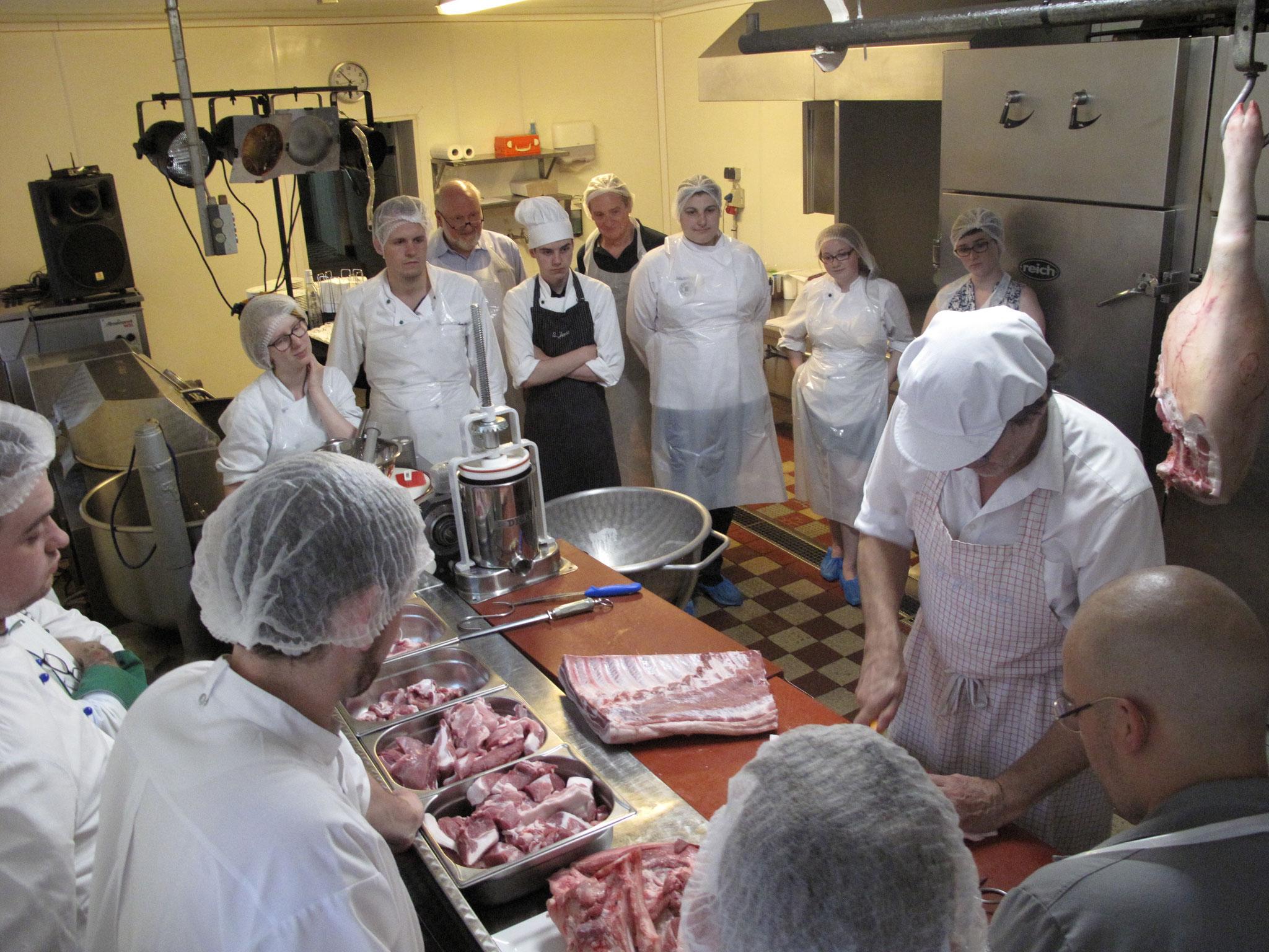 Verarbeitung eines halben Schweins zu Wurst und Grillprodukten