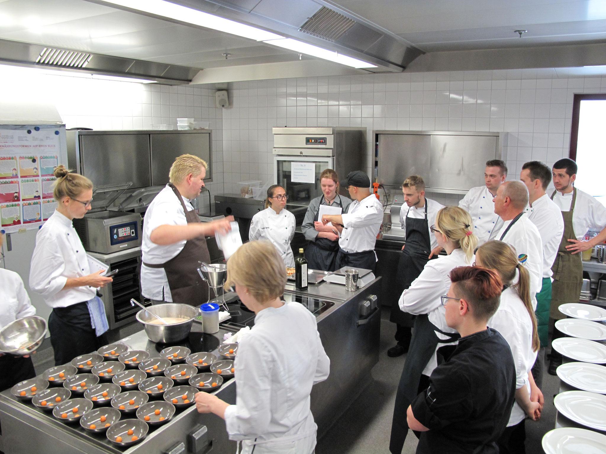 """Die Vorbereitungen für das Abendmenü mit Johannes Goll aus dem Restaurant """"Francais"""" 1*, Steigenberger Frankfurt"""