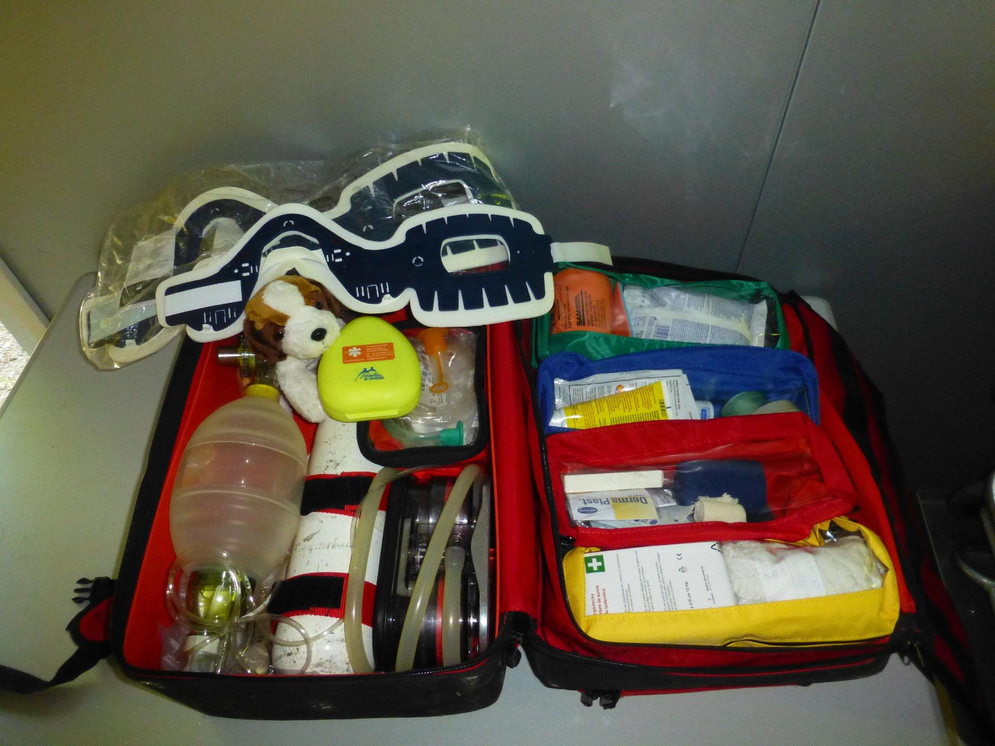 mit Sauerstoff und allem Nötigen - auch Blutdruckmessgerät, Pulsoximeter, Blutzuckermessgerät