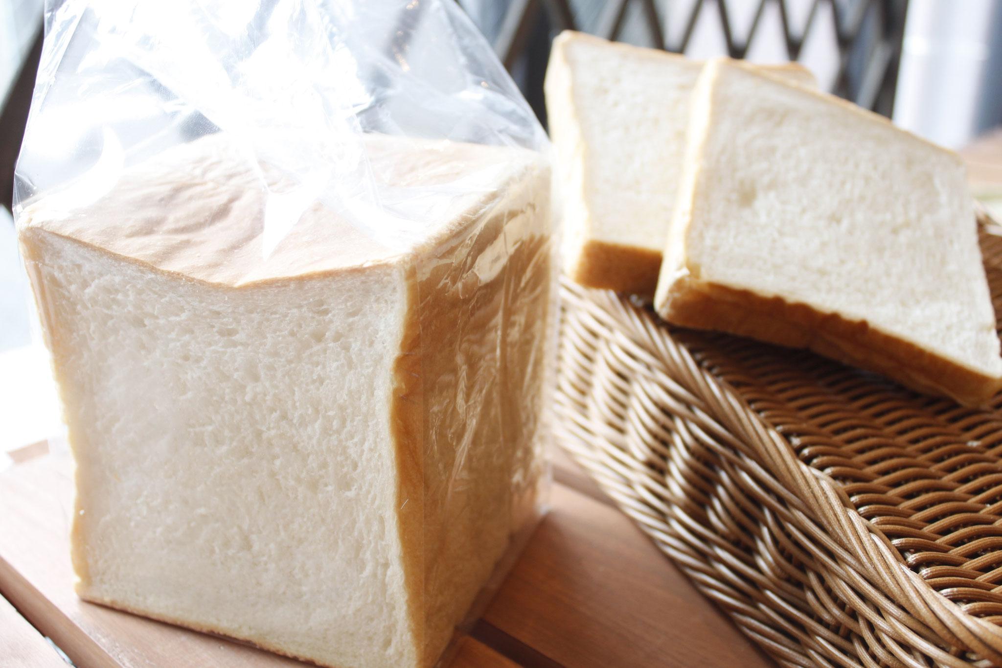 シンプルな味わい。毎日食べても飽きない。     角食パン
