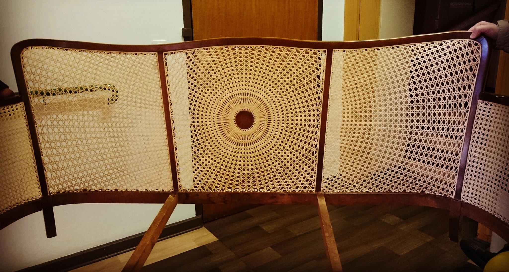Sofa mit Sonnengeflecht in der Rückenlehne