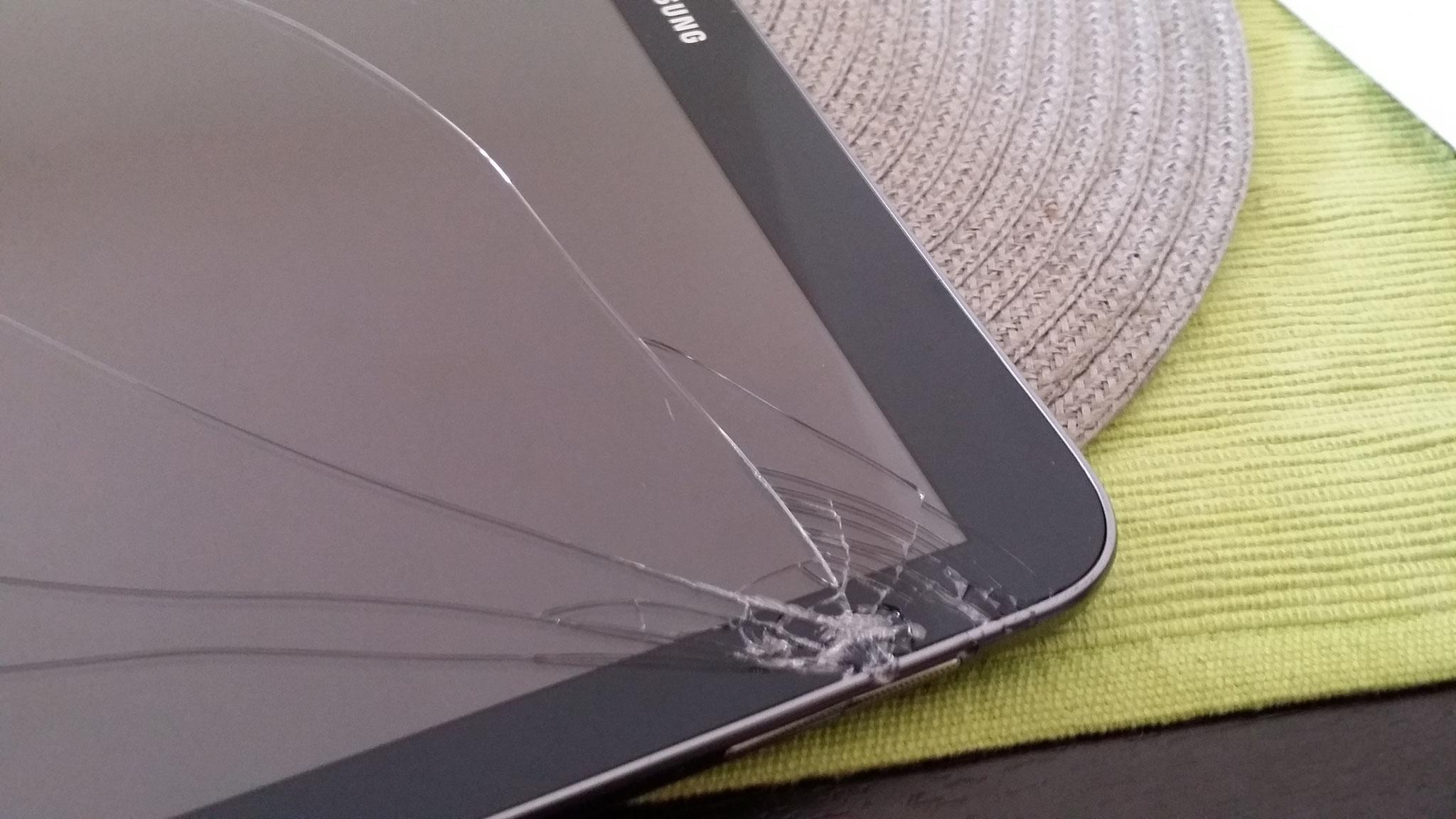 Trotz Hülle ist das Display gebrochen. Austausch des Displays (LCD / Touchscreens) bei iPad und Tablet.