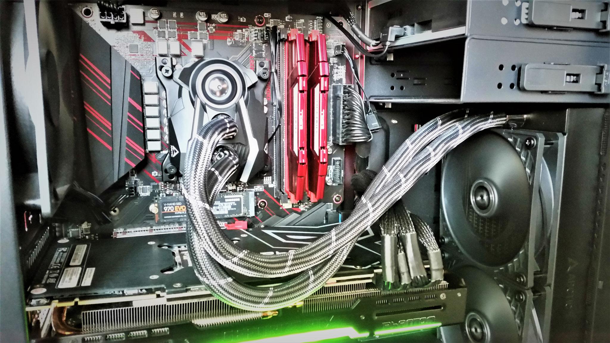 Eine All-in-One-Wasserkühlung hält CPU oder Grafikkarte nahezu lautlos auf kühlen Temperaturen. Wir bauen für Sie um!