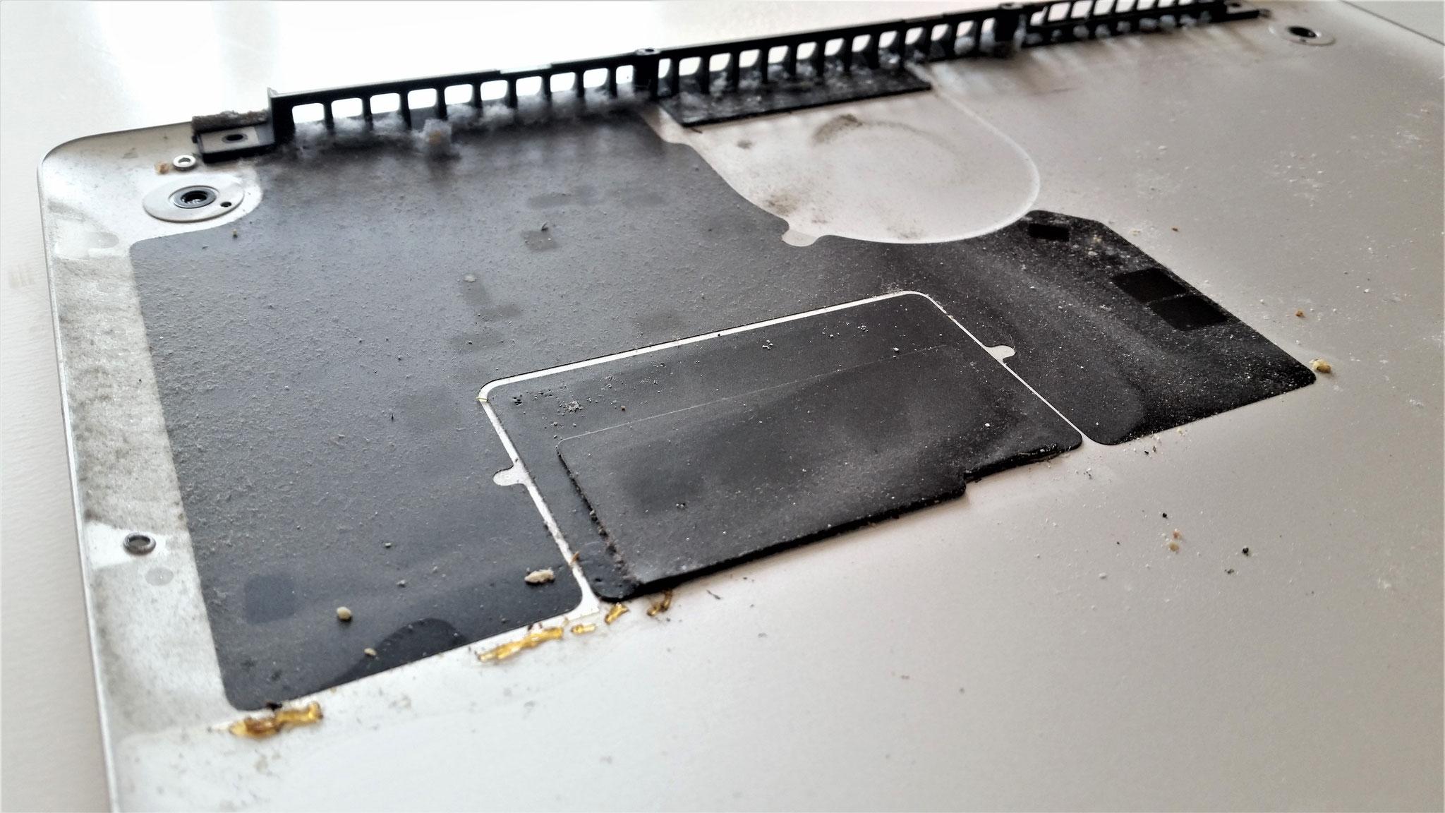 Saft oder Kaffee verkippt? Eine professionelle Außen- Innenreinigung für das MacBook Pro und alles läuft wieder.