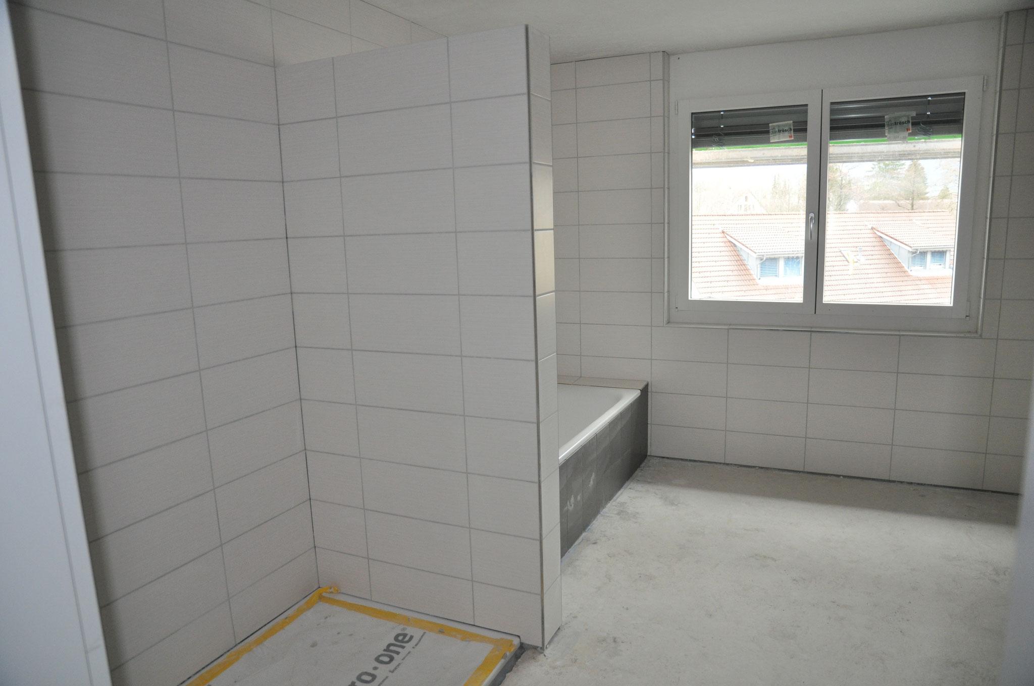 Das grosse Badezimmer im Innenausbau 4,5 Zimmer Wohnung Einheit B (März 2016)