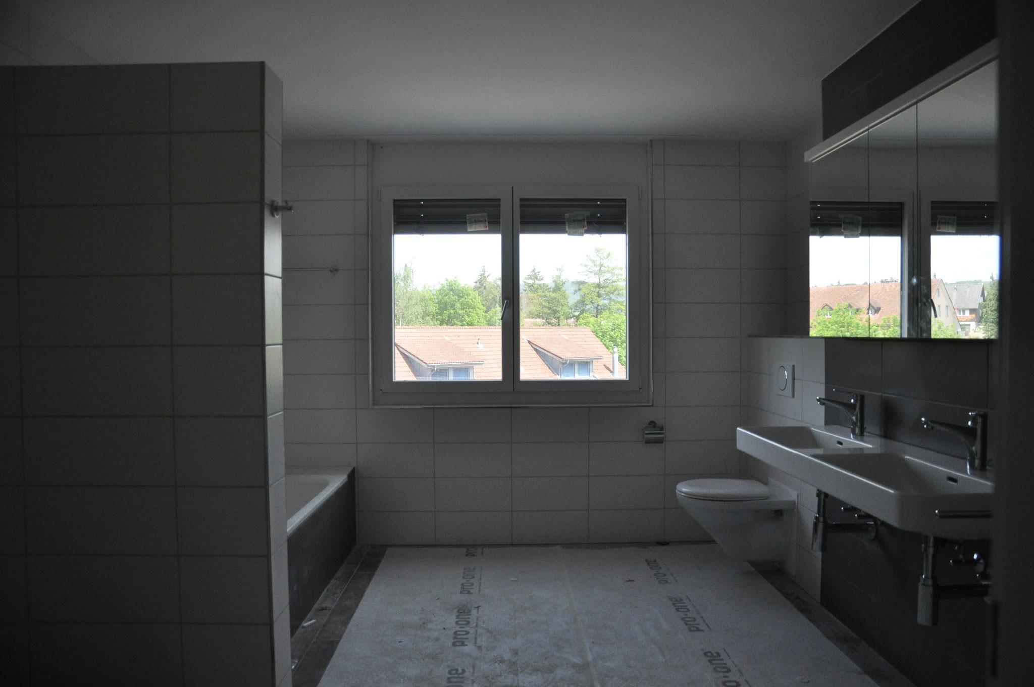4,5 Zimmer Wohnung Einheit B: das grosse Badezimmer hat Wohnraum-Format! Ende Mai 2016