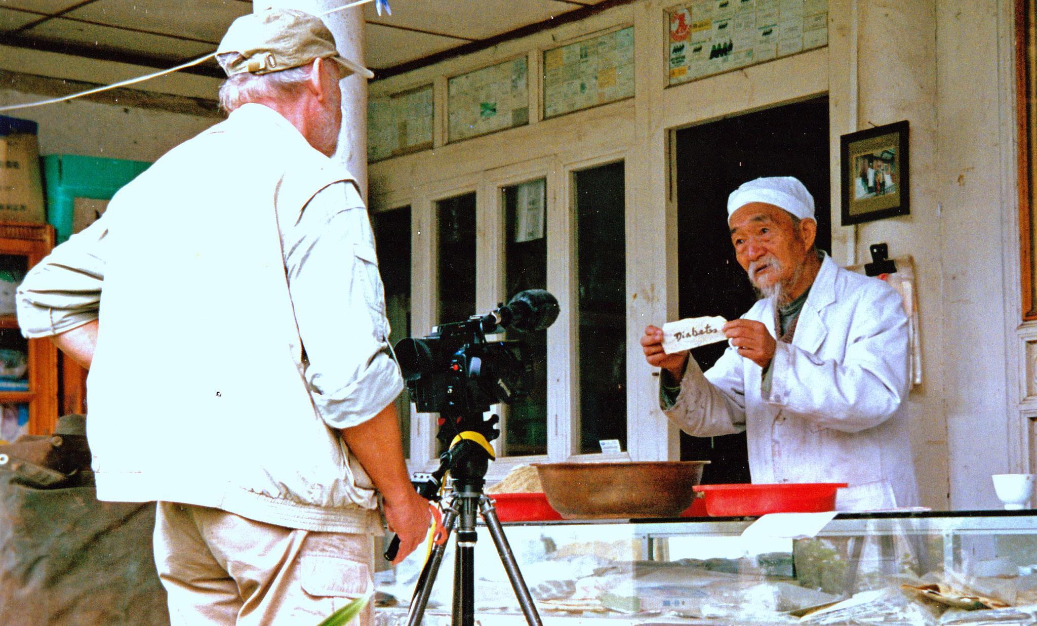 Dr. Ho zeigt seine Kräutersammlung, Baisha, China