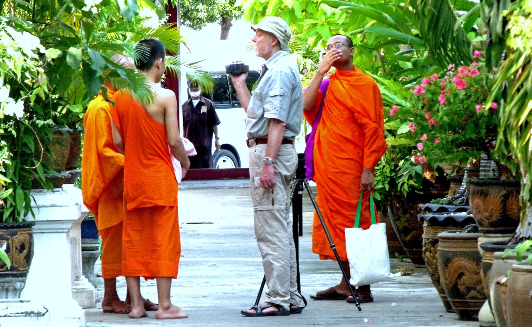 Mönche in Bangkok, zugänglich dem Fremden gegenüber
