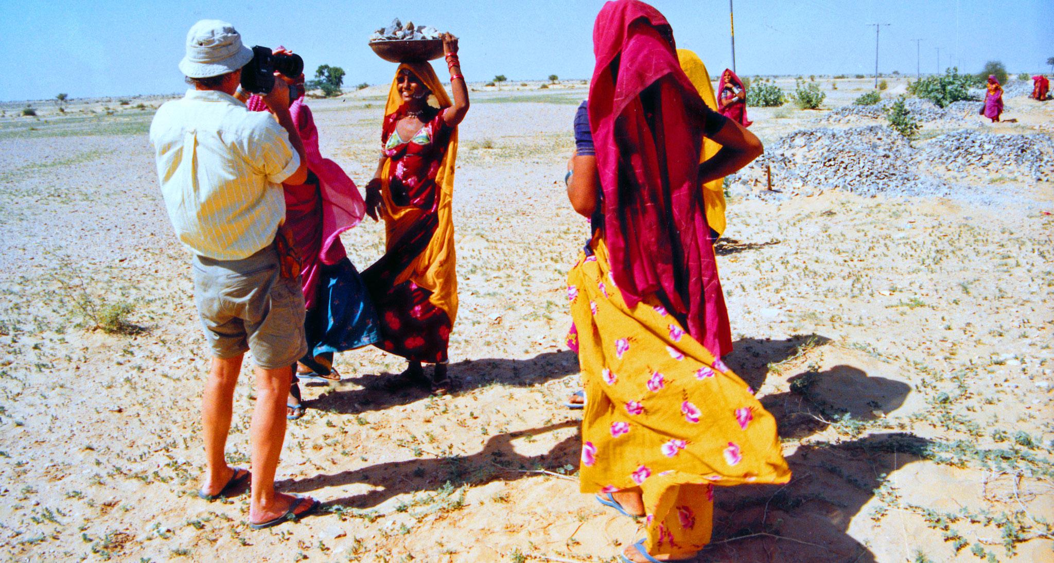 Straßenarbeiterinnen in der Wüste Thar - Rajasthan, Indien