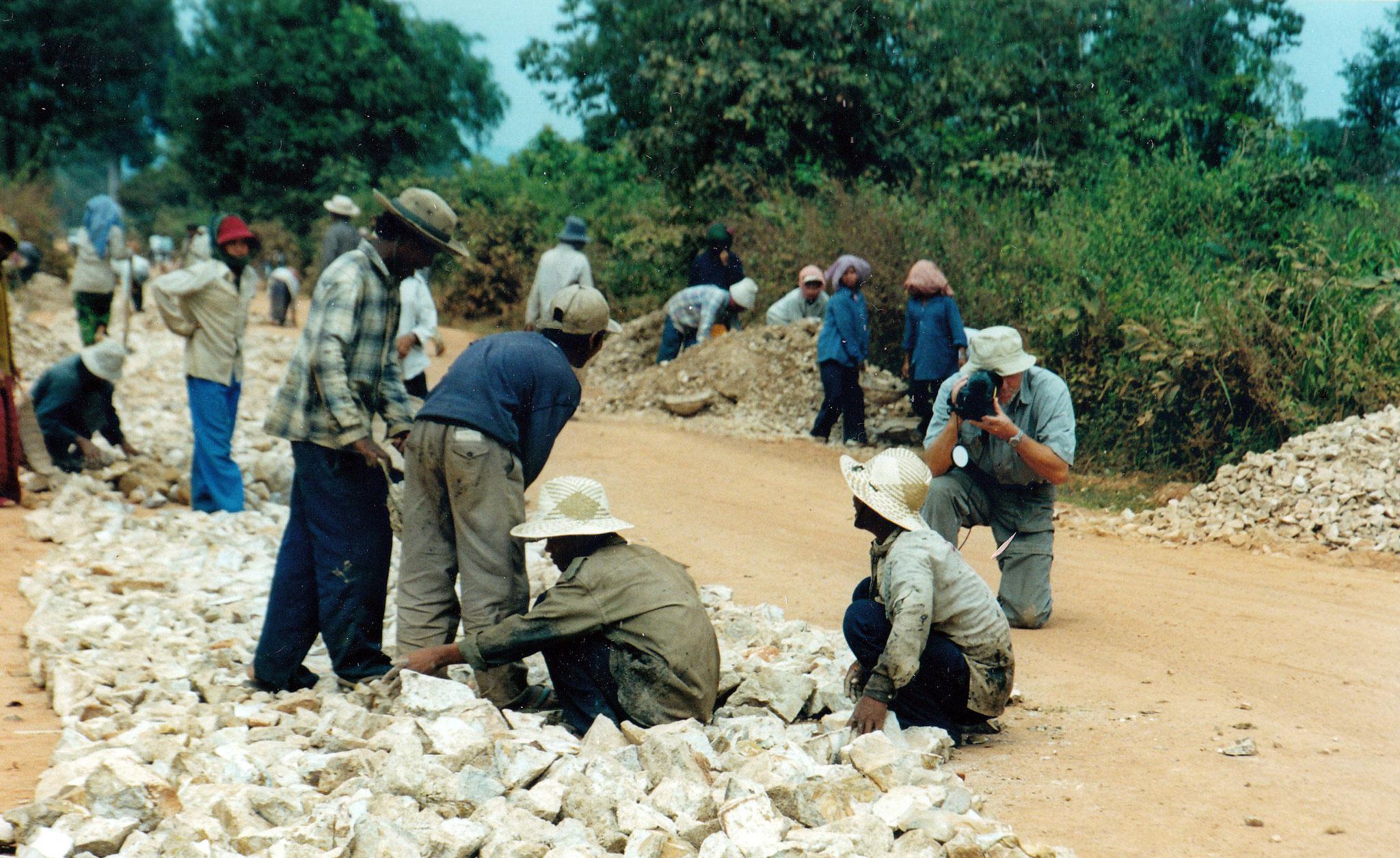 Kambodscha, Handarbeit an der Straße