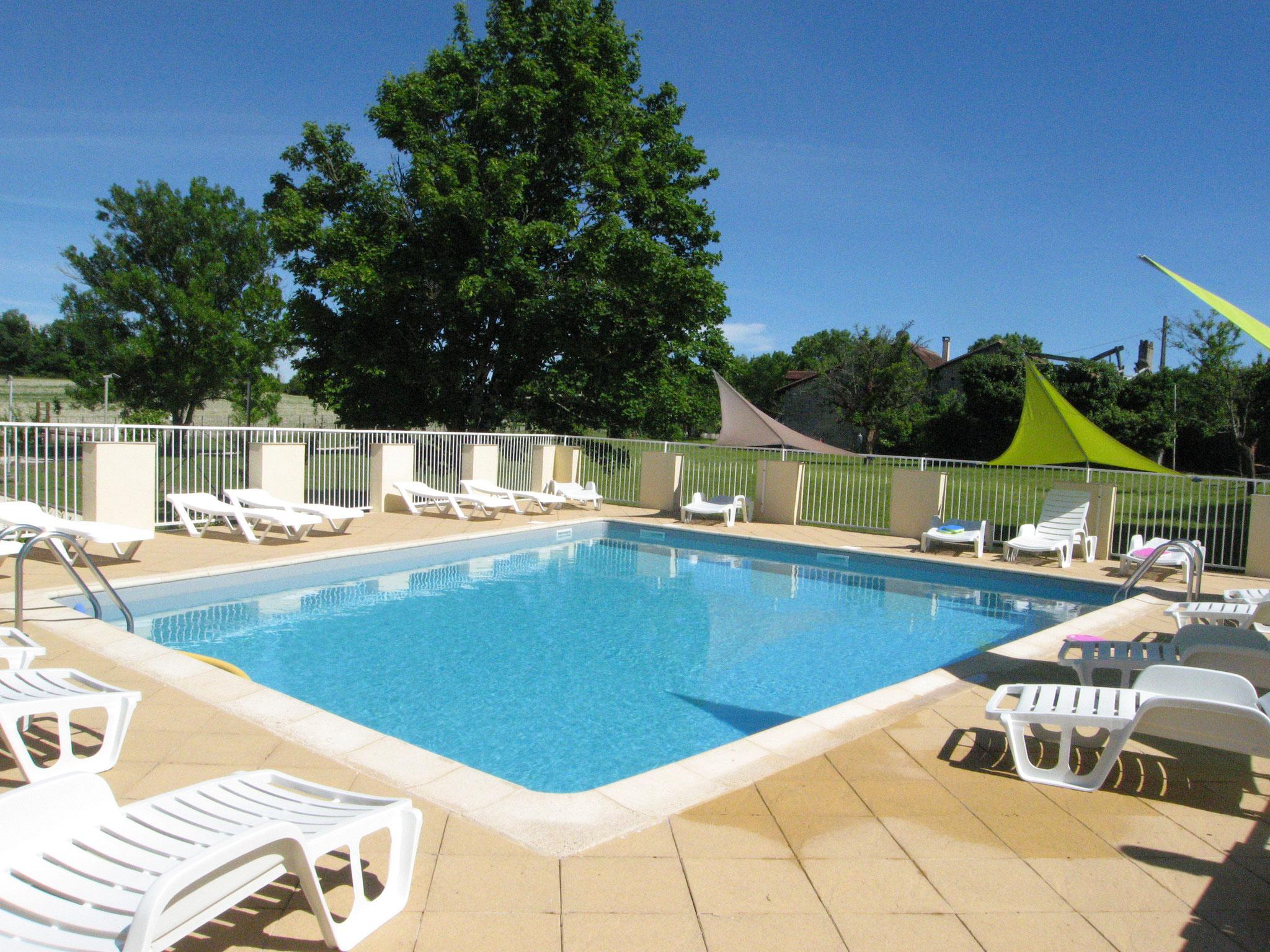 La piscine sécurisée vous invite au rafraîchissement, aux joies de la baignade en famille. Douche et toilette sur place.