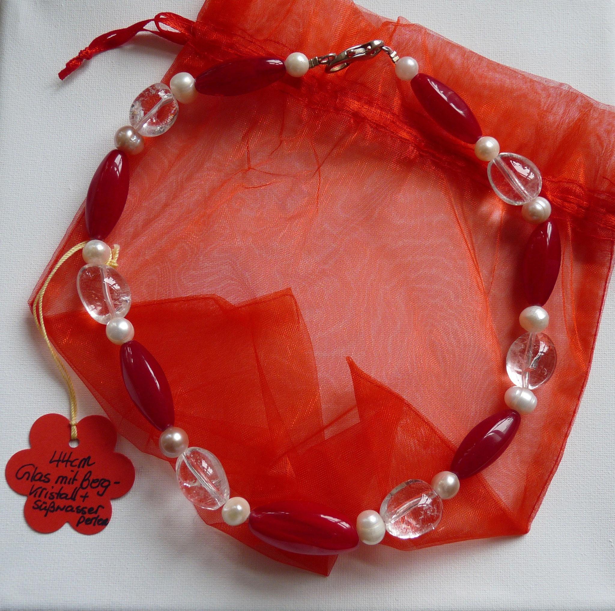 Rote Glassteine mit Bergkristall