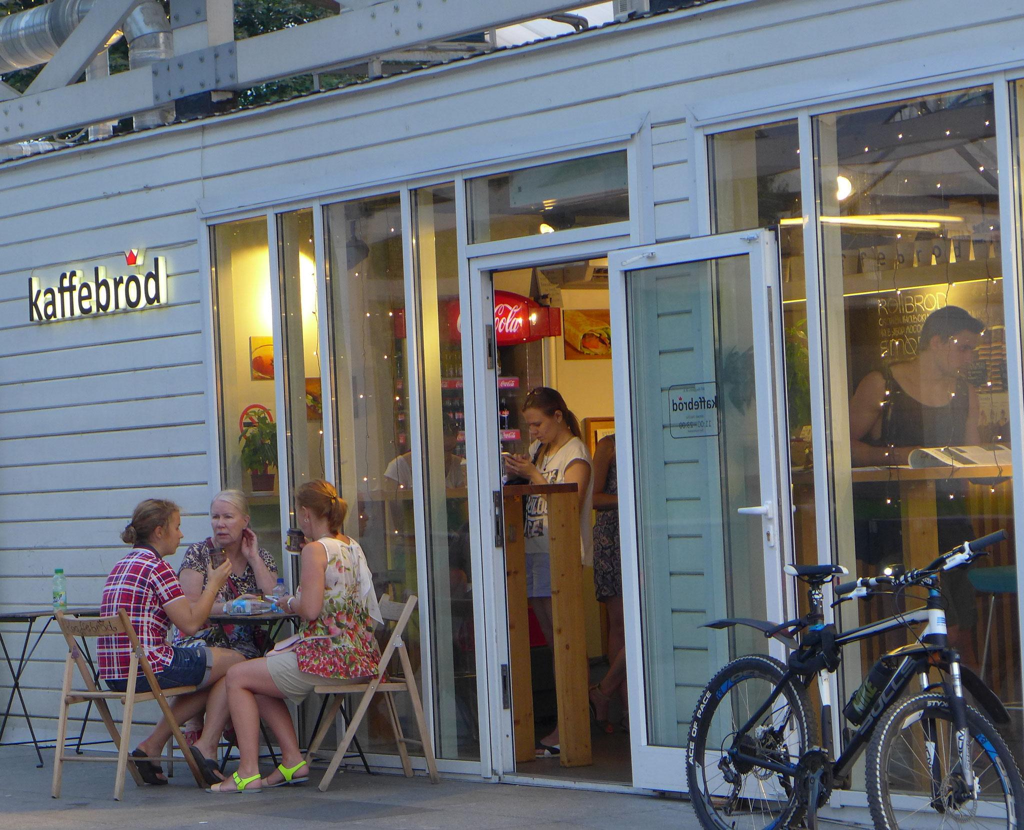 川辺のカフェ