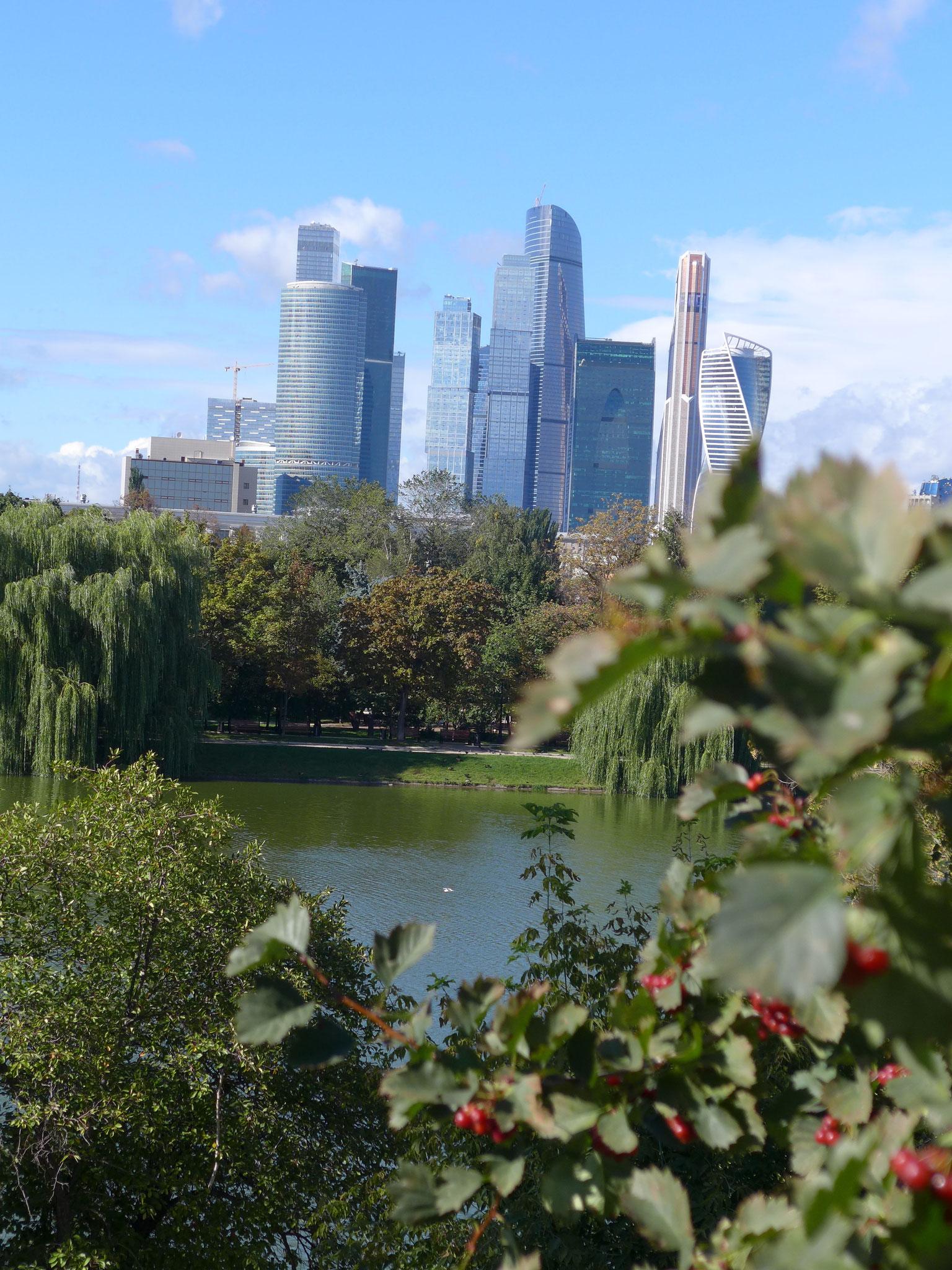 ③レストラン「60」からウクライナホテル、 モスクワ川をはさんでホワイトハウスを臨む