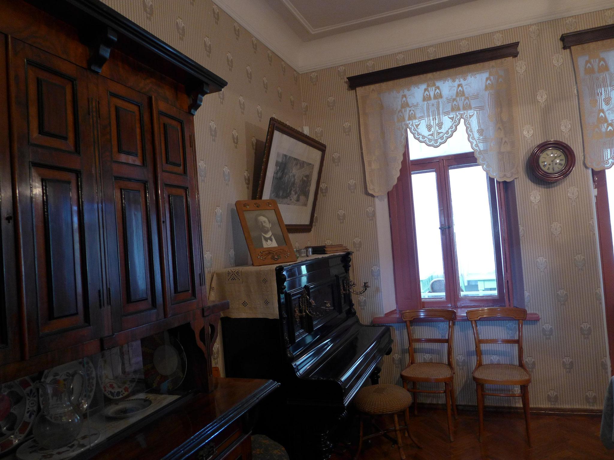 (1)チェーホフの家。このピアノをラフマニノフが弾き、シャリャーピンが歌を歌いました。