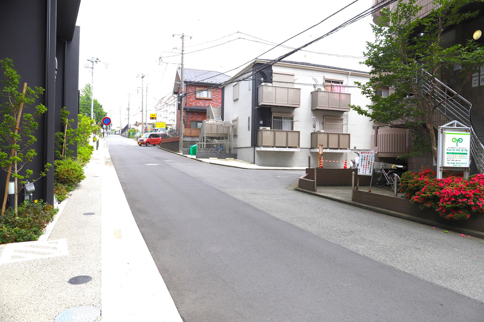 ⑤横断歩道を渡り、スターバックスの右脇の道を進みます。