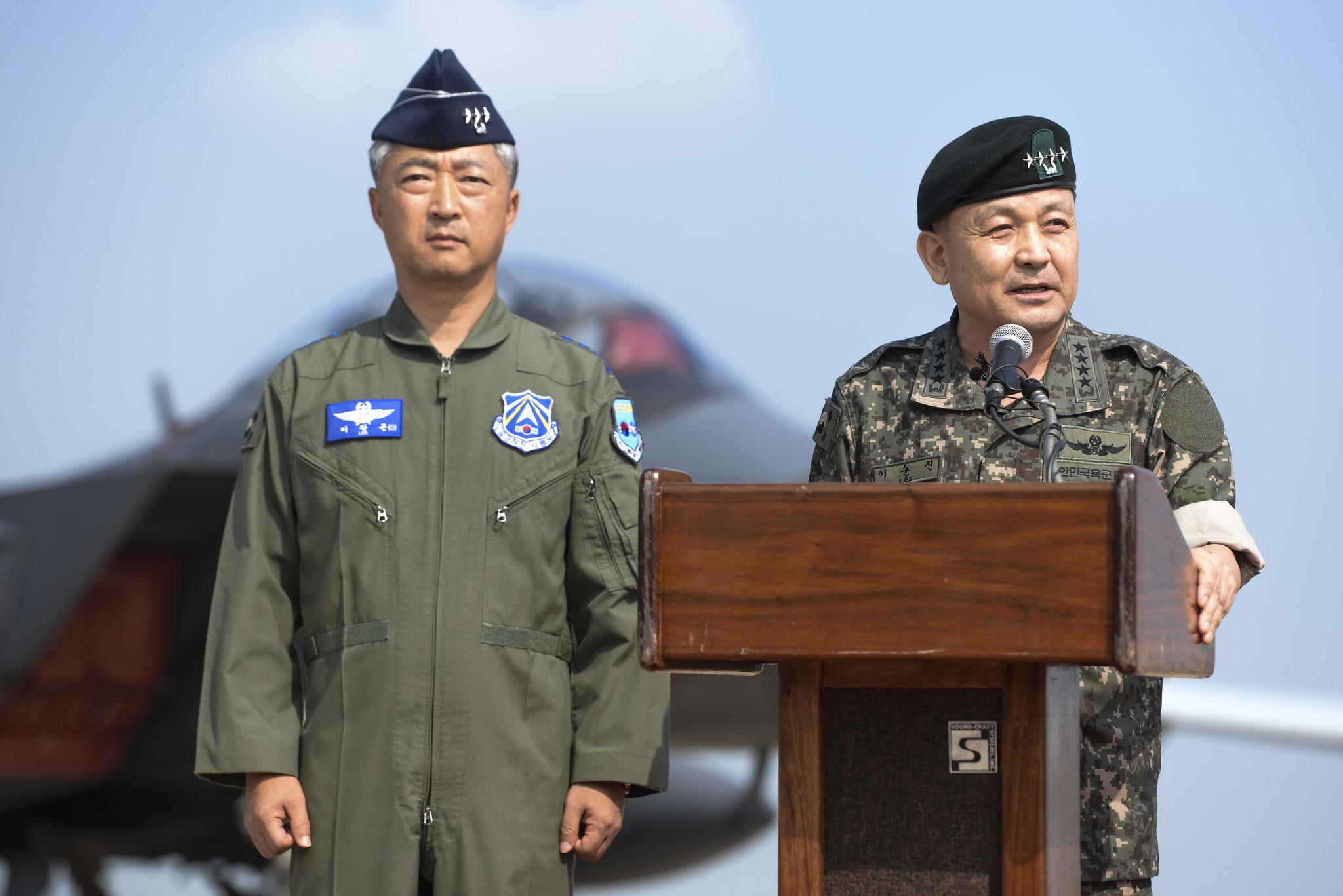 da sinistra il gen. Lee Wang Keun comandante della ROKAF assieme al gen. Lee Sun Jin durante il discorso.