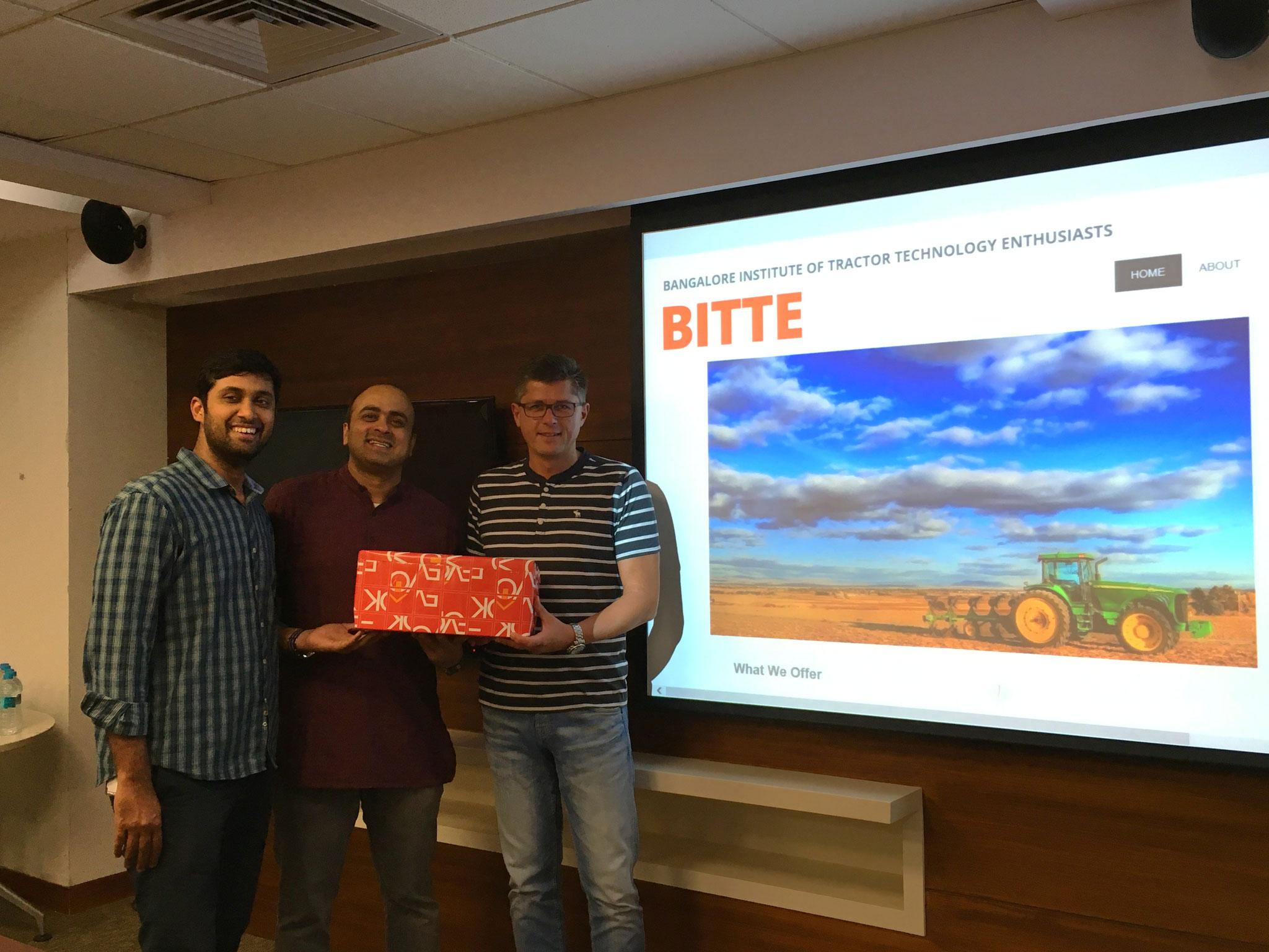 Übergabe Geschenk durch BITTE für Vereinsheim der Traktoren-Freunde (Bangalore, Sept 2016)