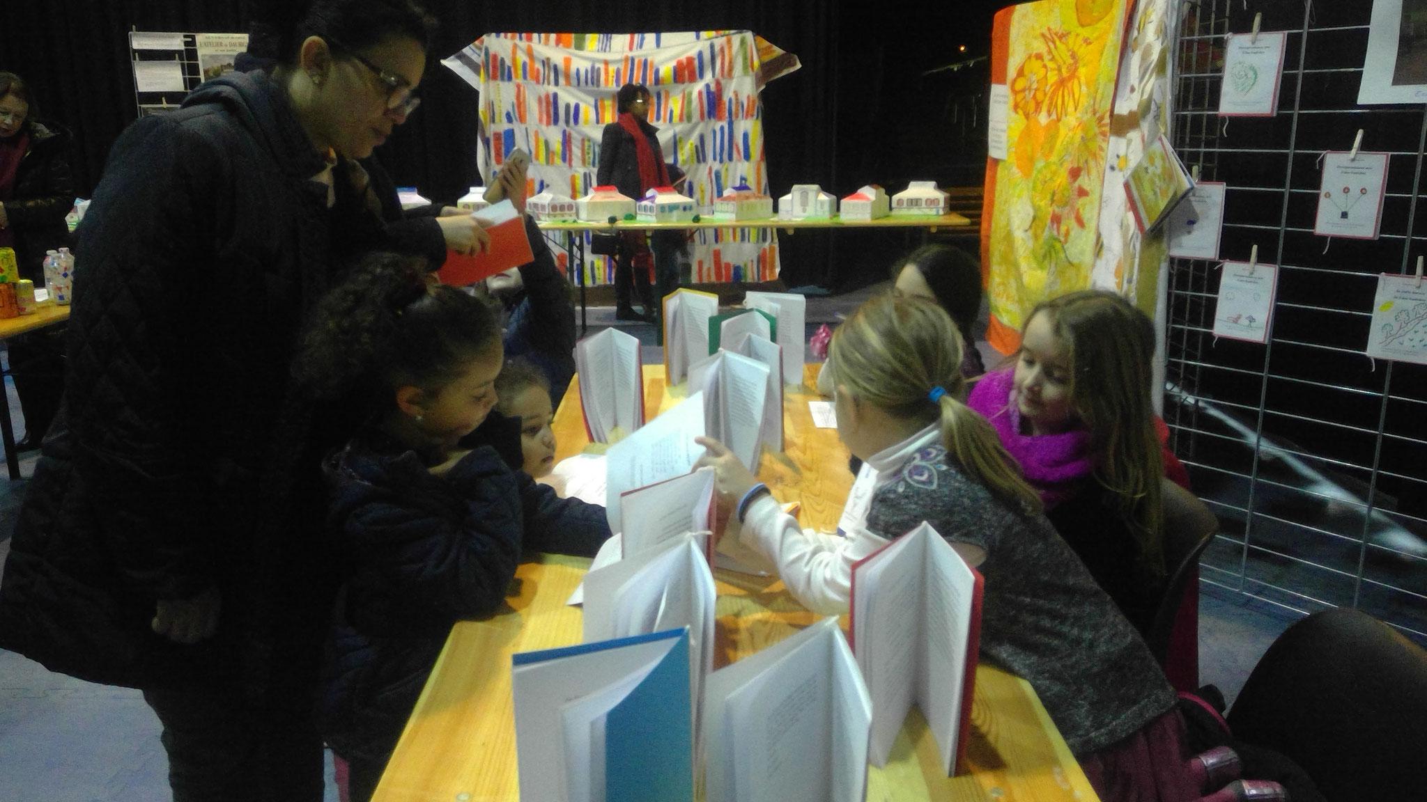 Isabelle Mézières, maire d'Auvers-sur-Oise demandent des explications aux enfants sur leurs travaux d'écriture