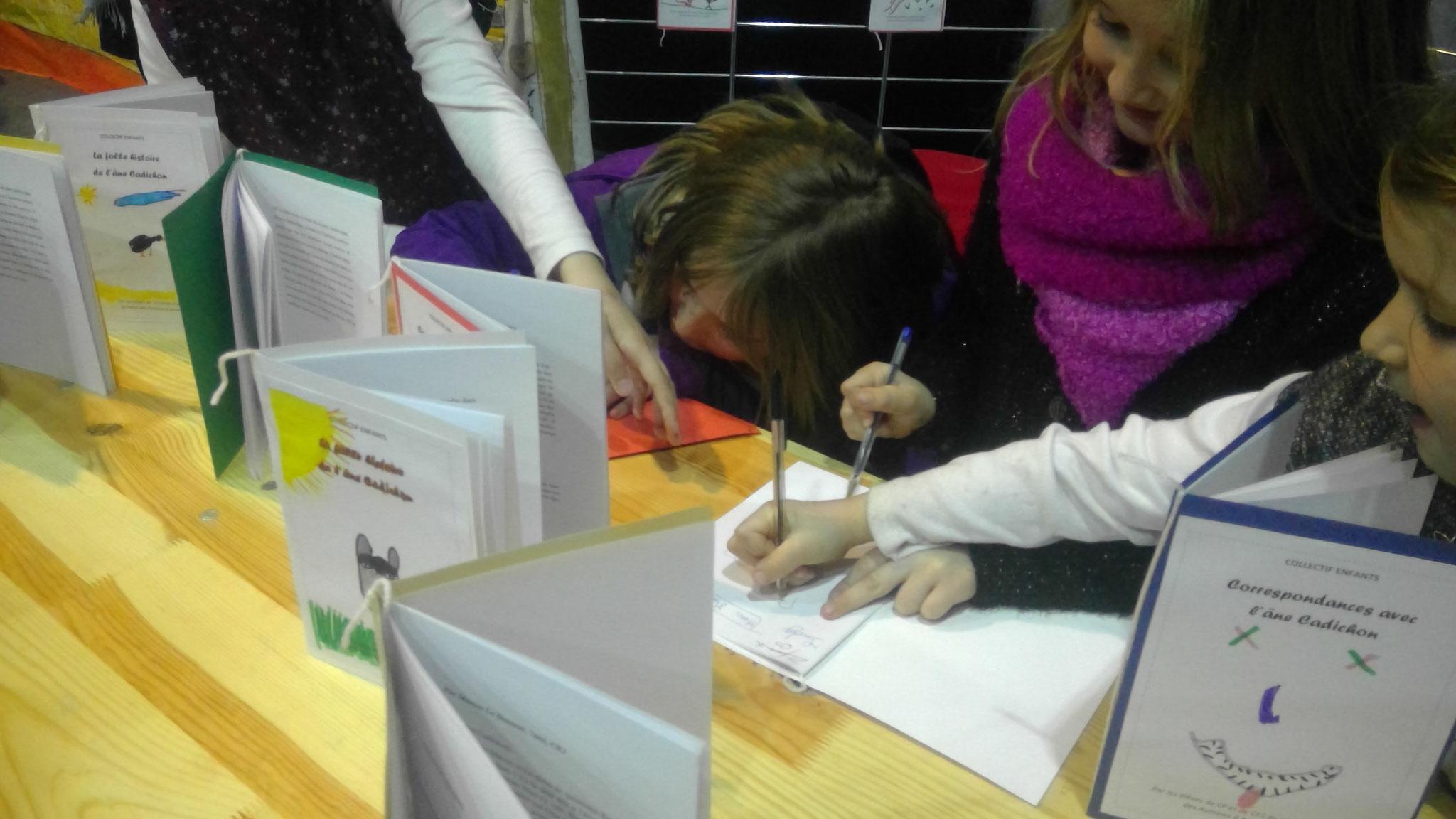 Les signatures battent leur plein sur le stand des ateliers d'écriture