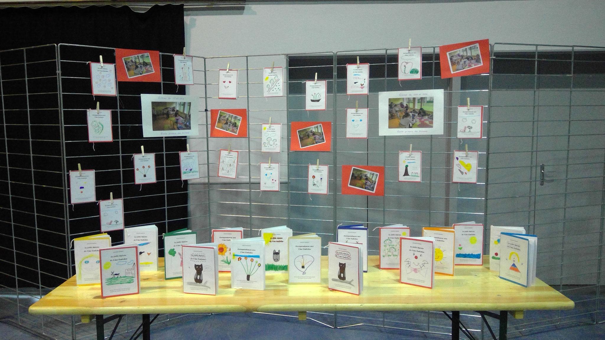 Le stand de l'exposition avec les travaux des enfants à l'atelier d'écriture