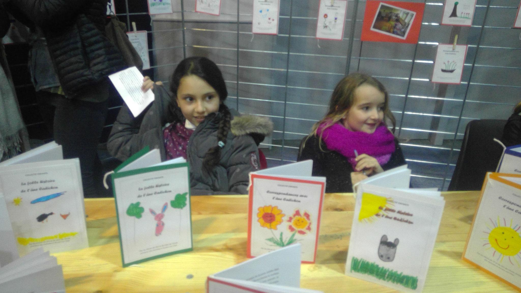 Sirine et Sandy, élèves de CM1 prêtent à signer La folle histoire de l'âne Cadichon