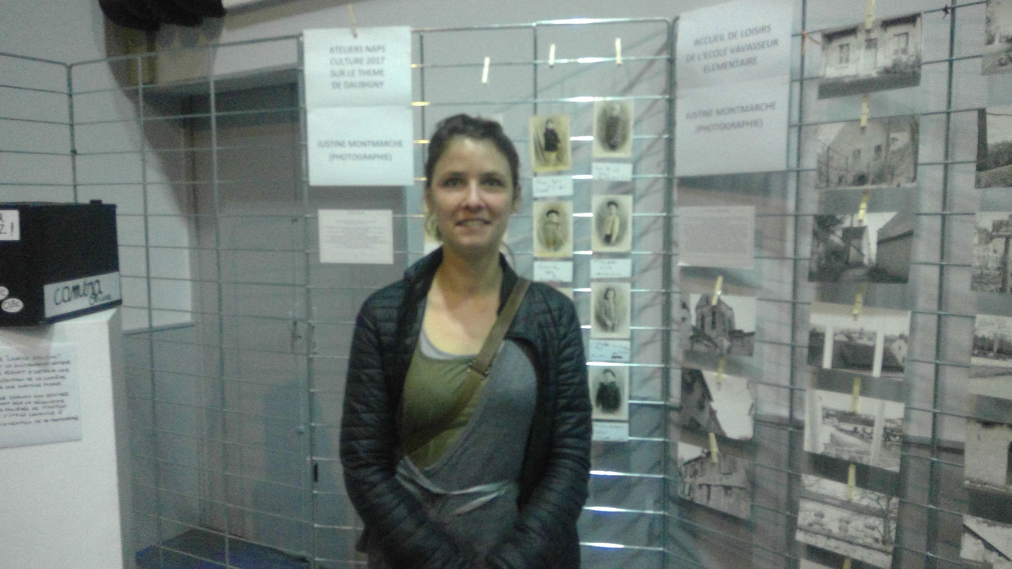Justine Montmarcher devant les photos réalisées par les élèves