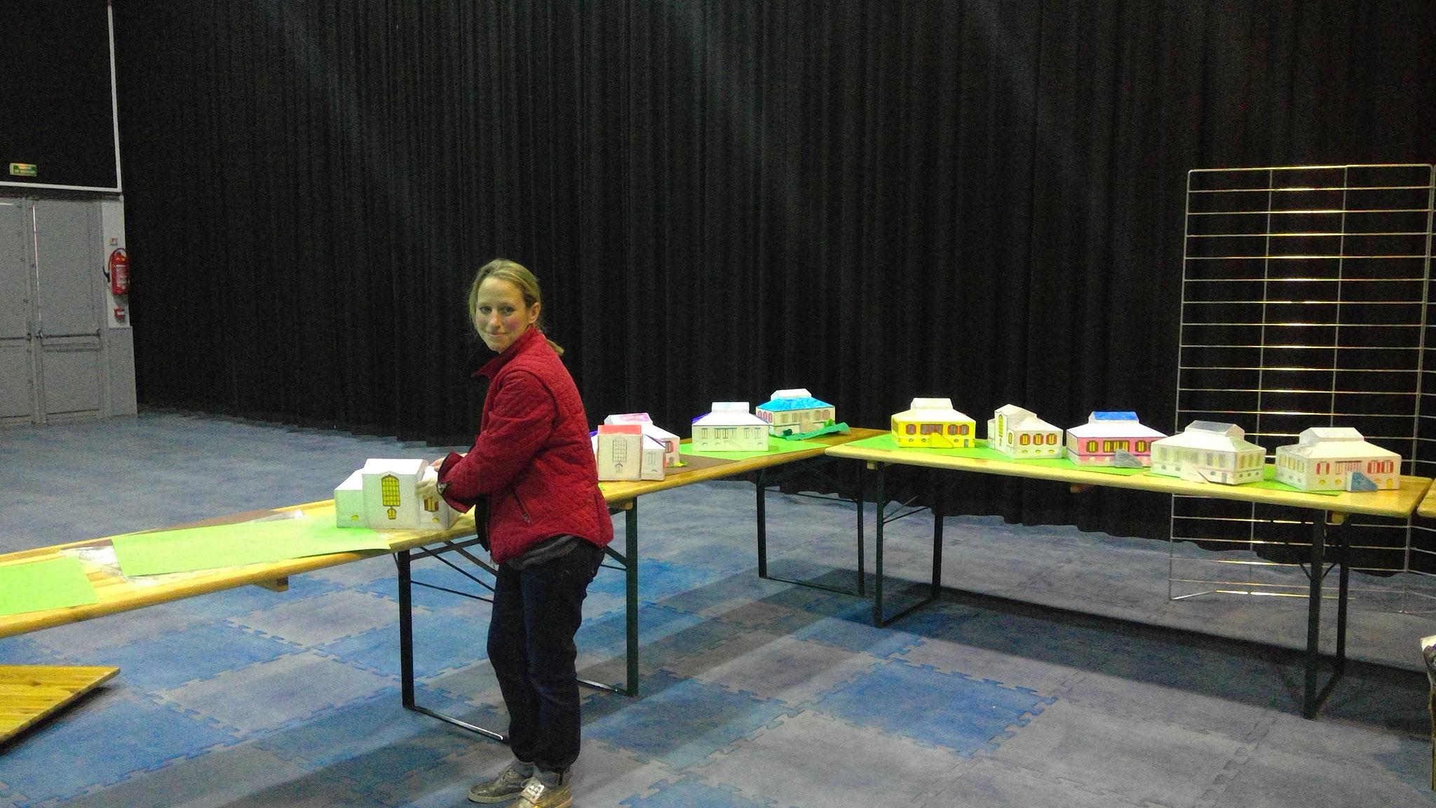 L'installation des travaux des enfants, atelier architecture à l'école élémentaire Vavasseur animé par Bertille di Pace