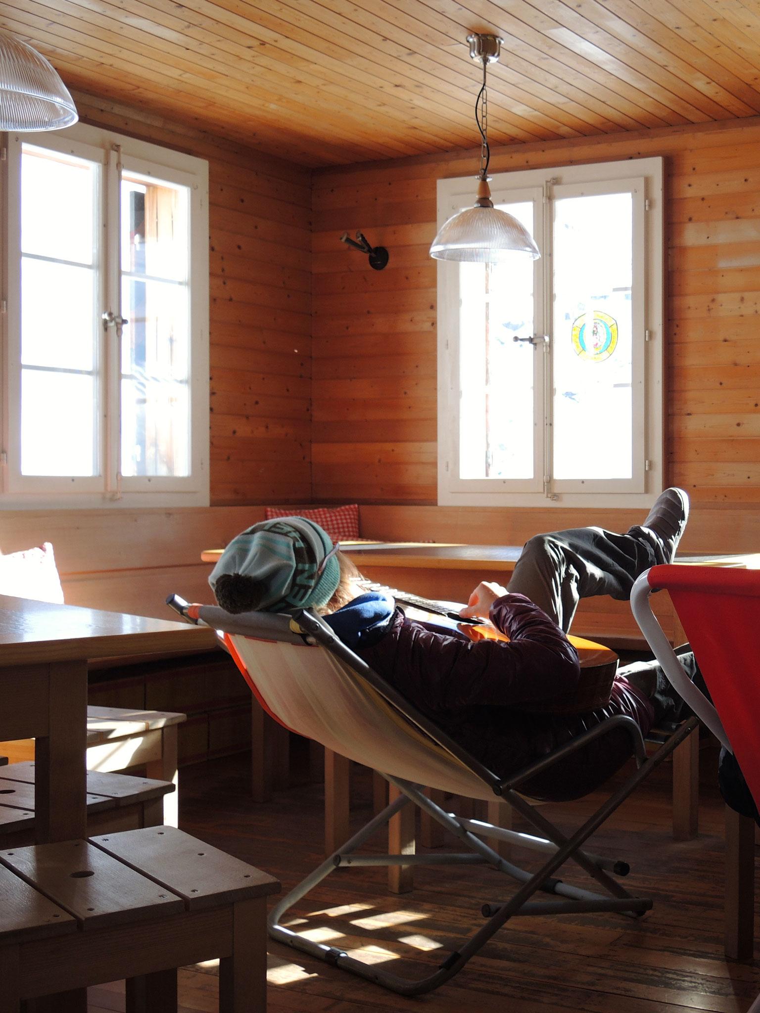 ...14: Letzter Sonnenstrahl geniessen, wegen Sturm, in der Hütte, ohne Gäste