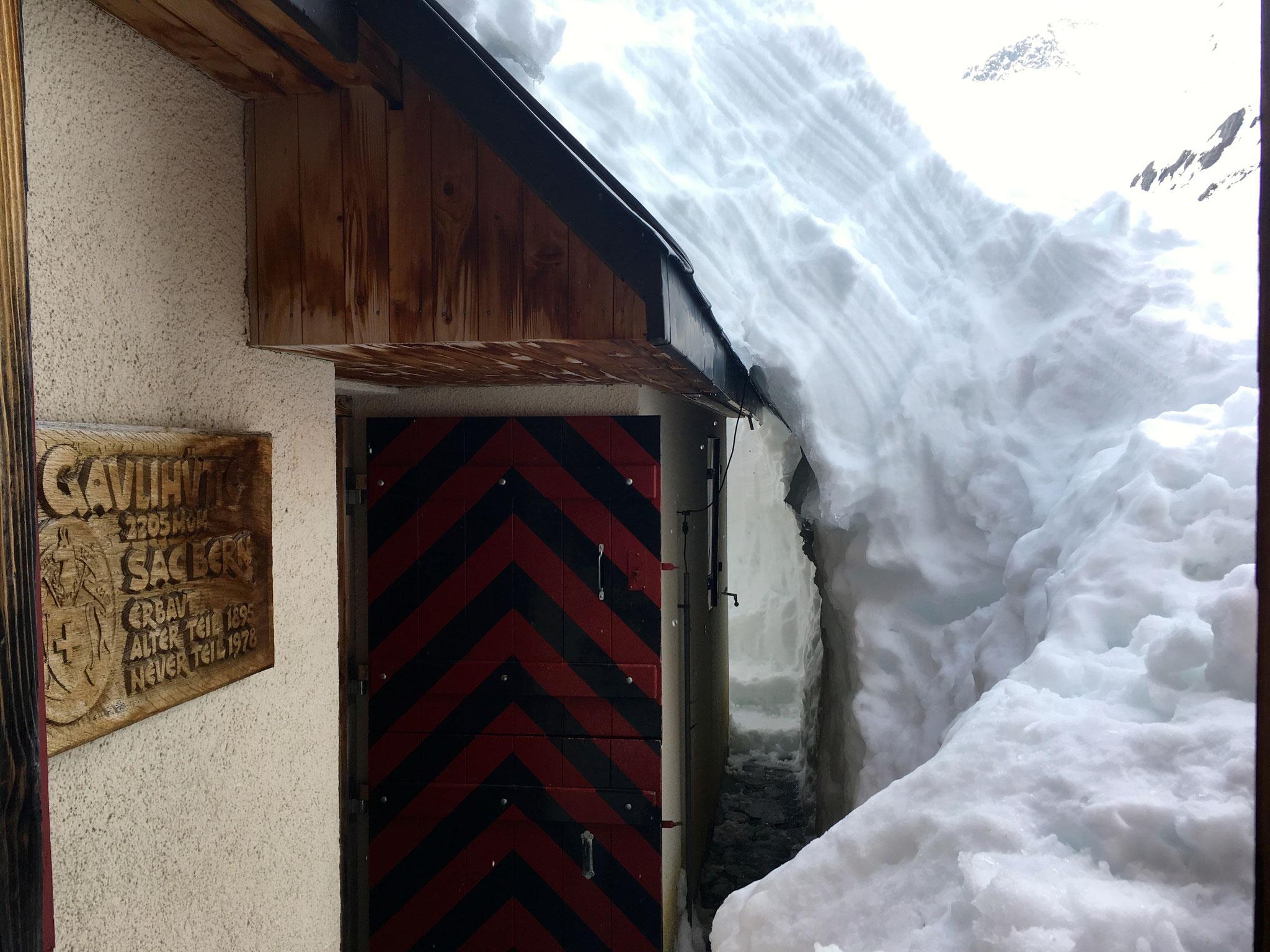 ...15: Der Weg zur Sonnenterrasse ist vom Schnee befreit