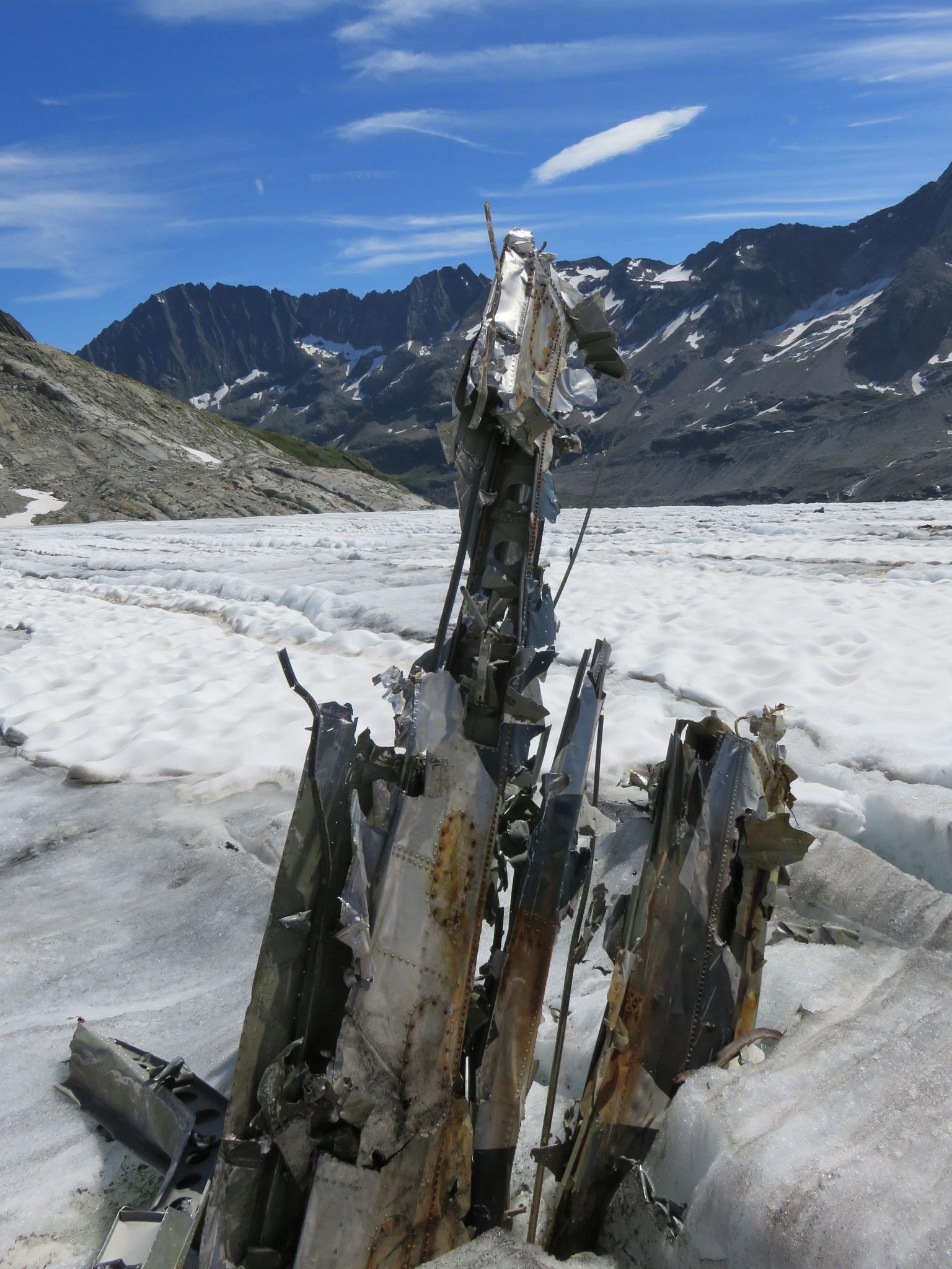 … 31: Der Flügel der Dakota ragt aus dem Eis