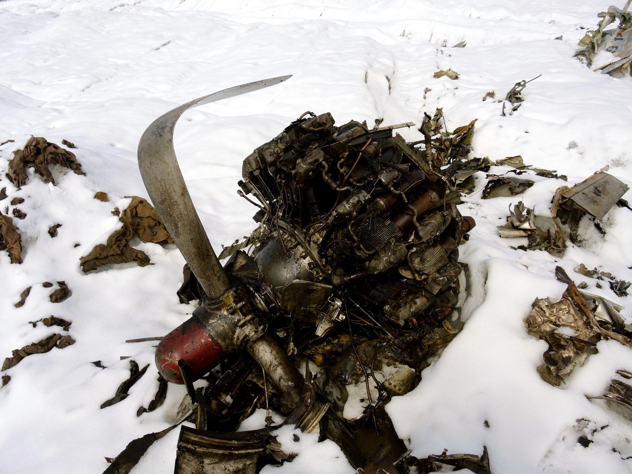 ...36: Propeller mit Motor der Dakota taucht aus dem Eis
